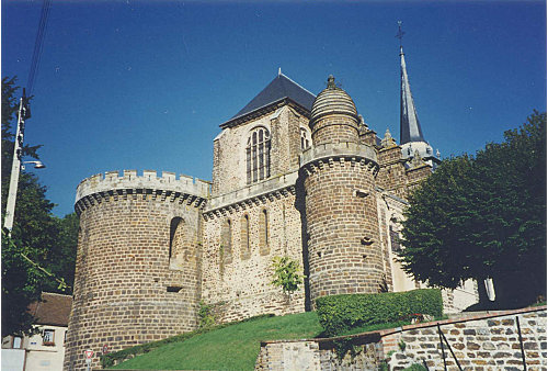 https://upload.wikimedia.org/wikipedia/commons/8/8d/Deux_tours_de_l%27église_%282%29.jpg