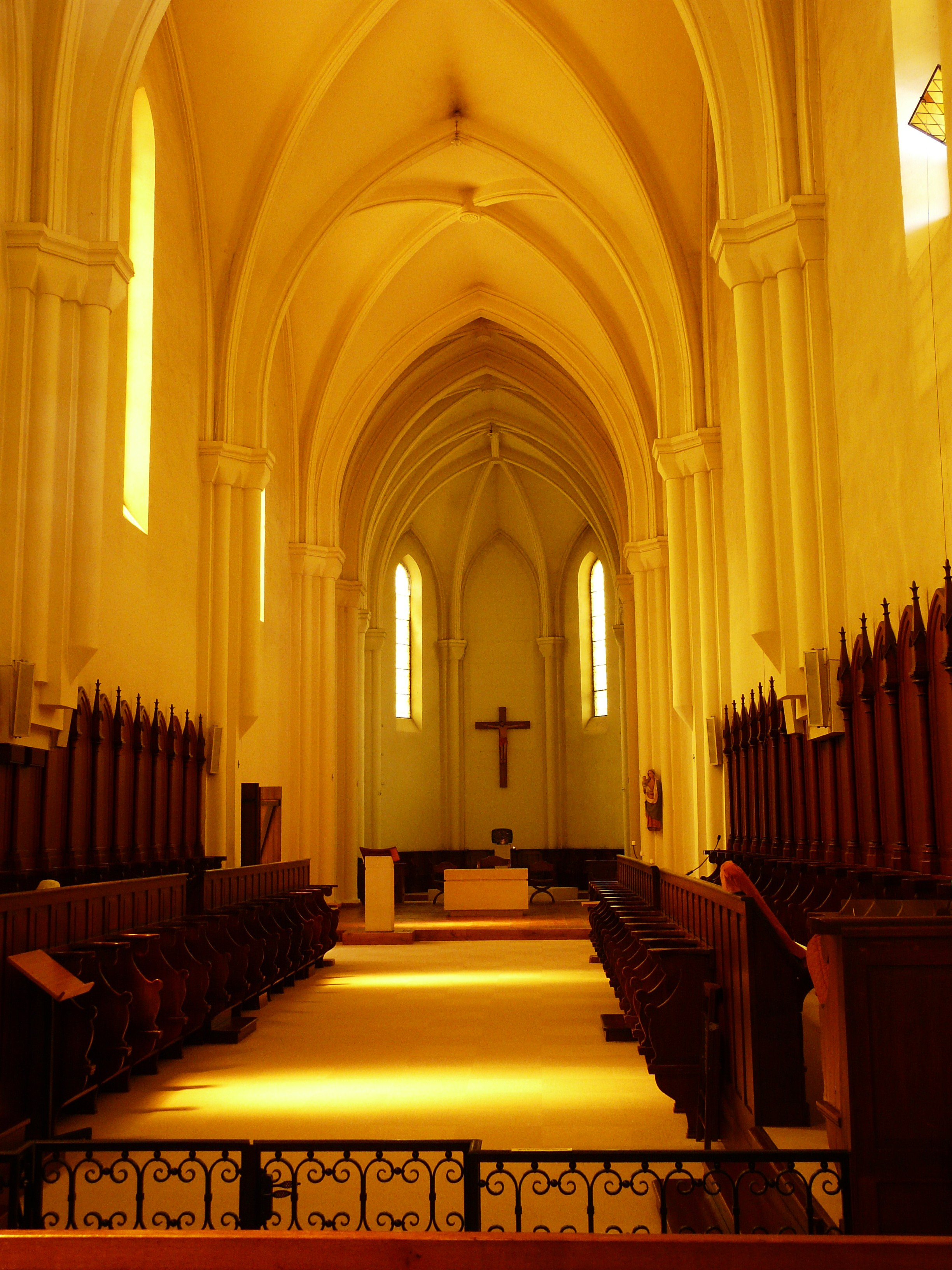 File echourgnac trappe int rieur glise jpg wikimedia for Interieur eglise