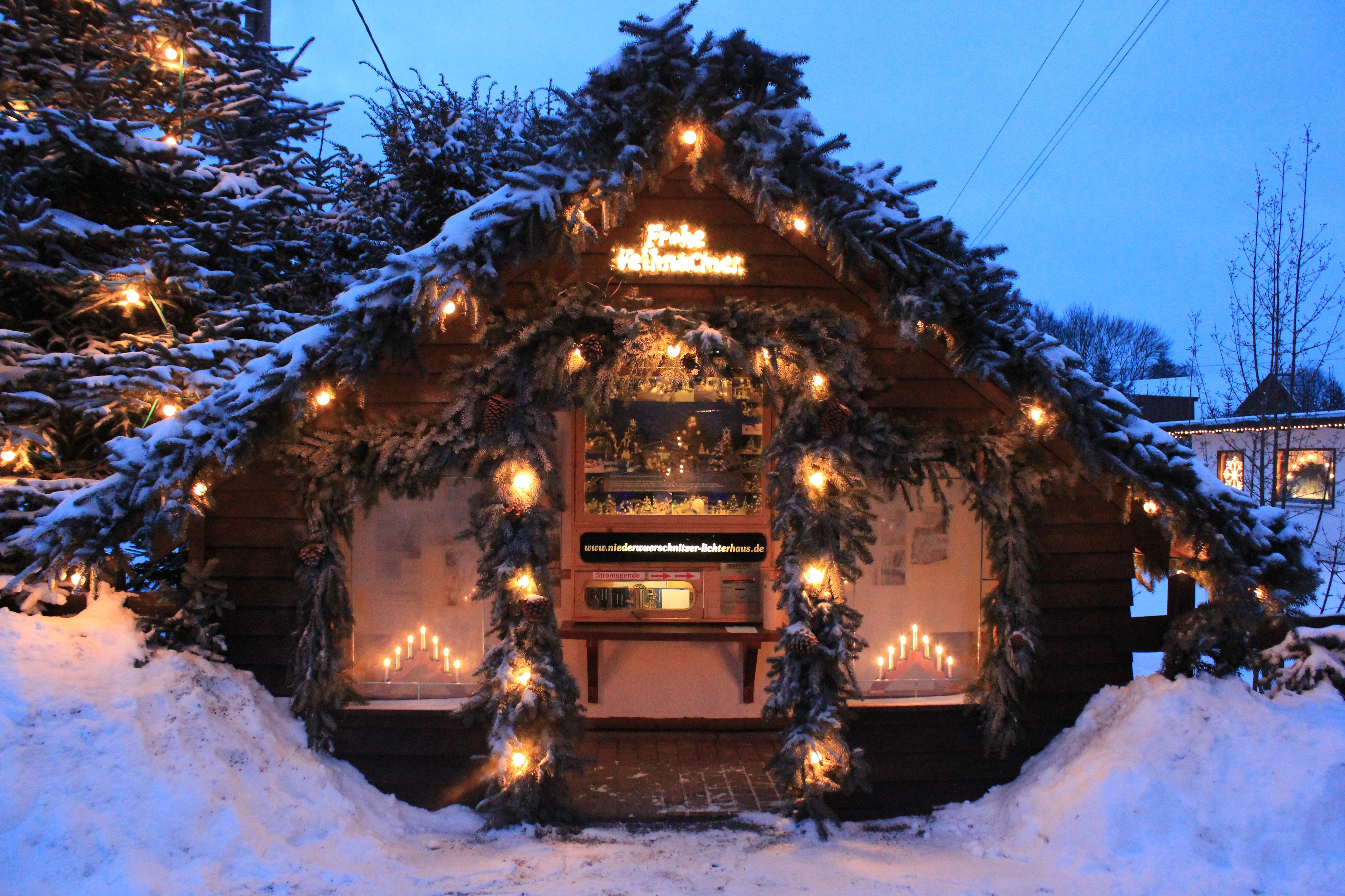 Frohe Weihnachten Wikipedia.Datei Frohe Weihnachten Hutte Lichterhaus Niederwurschnitz