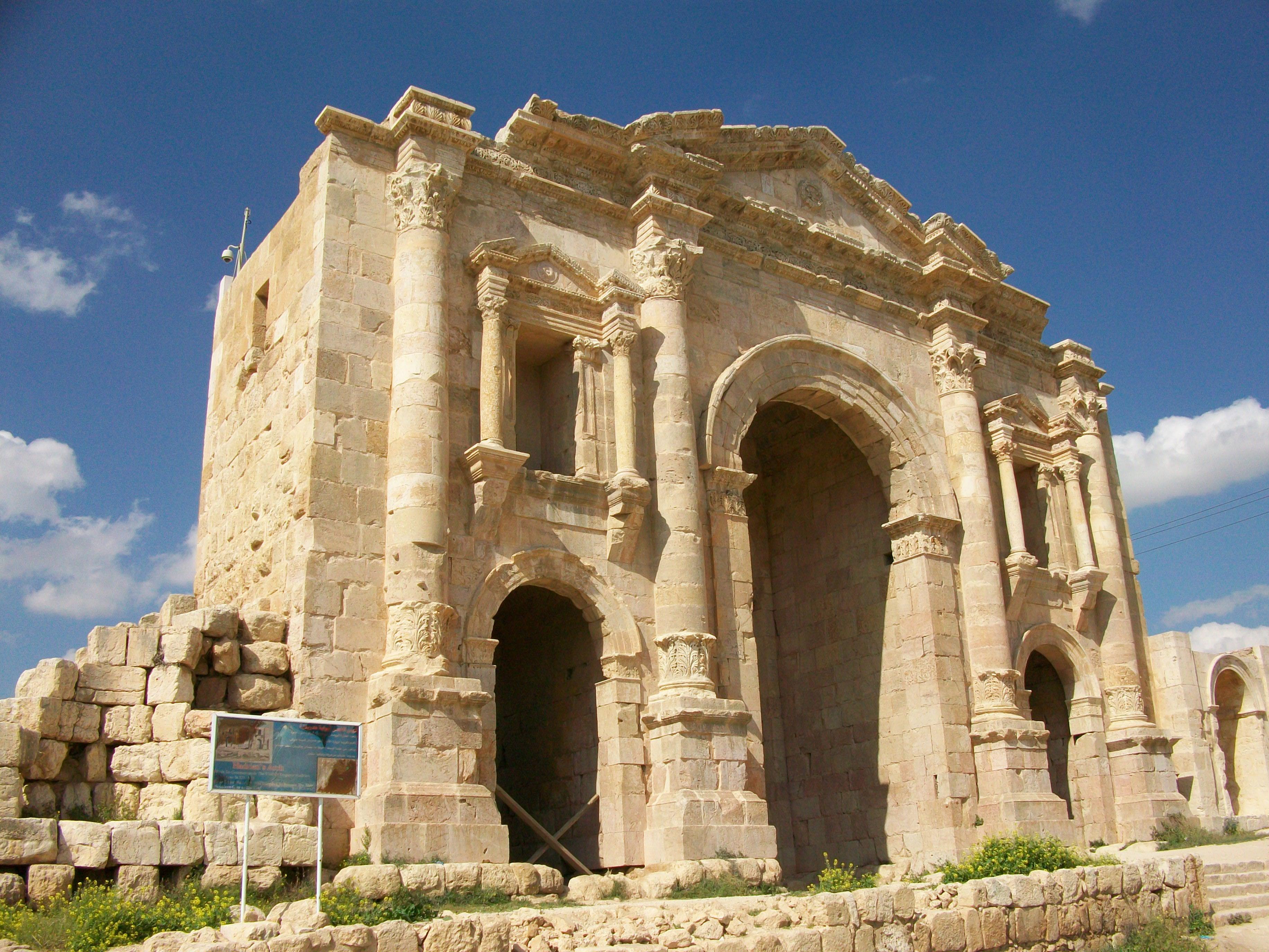 File:Hadrians Arch, Jerash, 2009.jpg - Wikimedia Commons