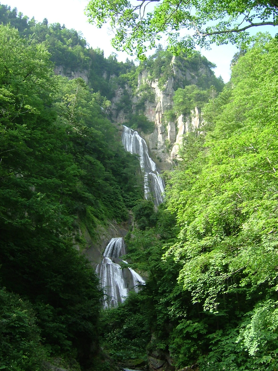 http://upload.wikimedia.org/wikipedia/commons/8/8d/Hagoramo_Waterfall_2005-08.JPG
