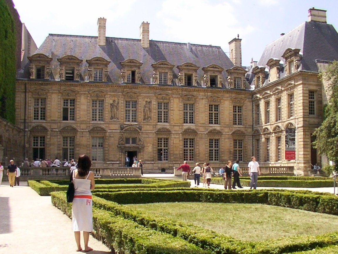 http://upload.wikimedia.org/wikipedia/commons/8/8d/Hotel_sully_cote_place_des_vosges.JPG