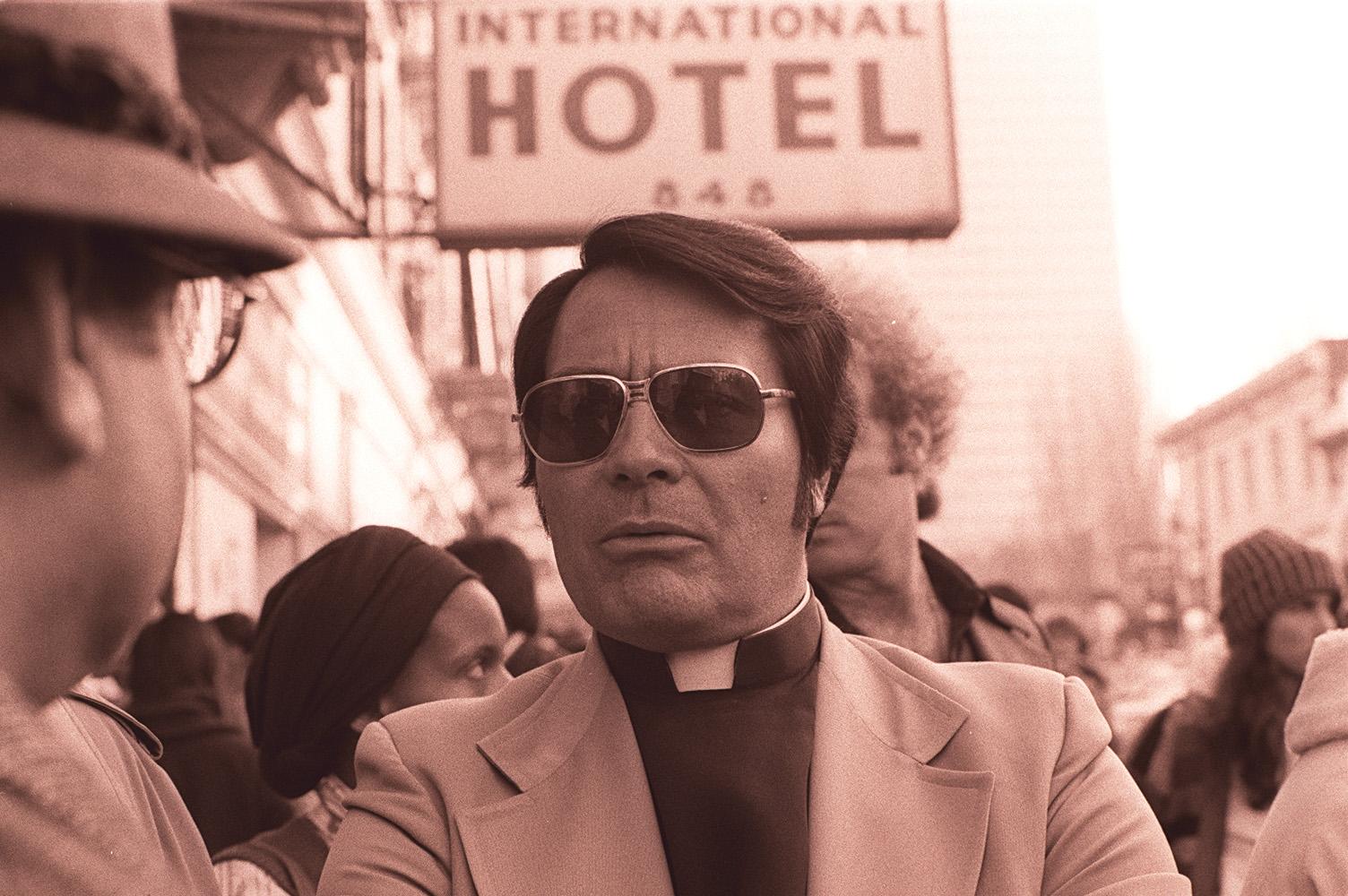 Jim_Jones_in_front_of_the_International_Hotel Дэлхийн хамгийн аюултай шашны 10 урсгал