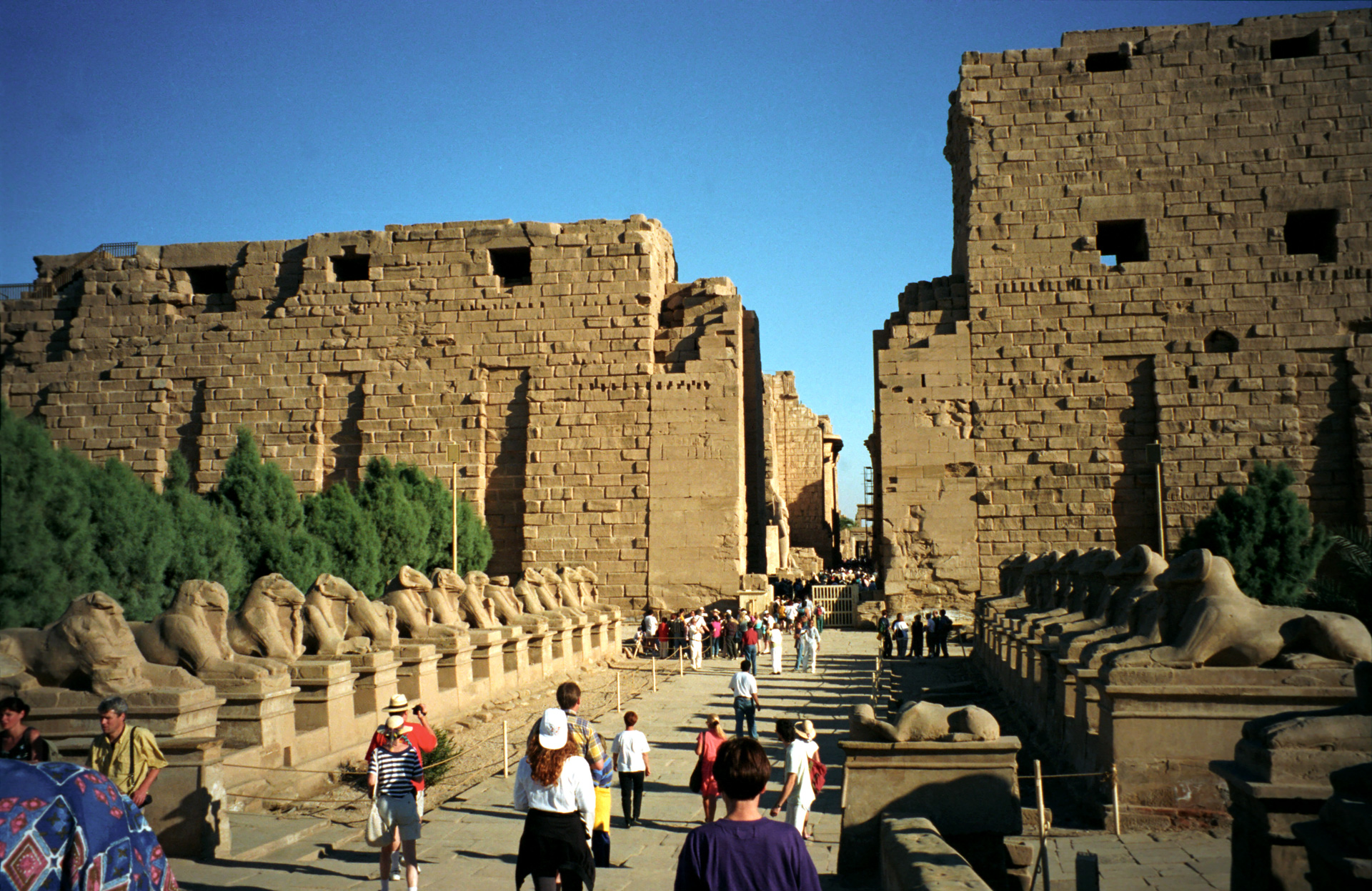 http://upload.wikimedia.org/wikipedia/commons/8/8d/Karnak01%28js%29.jpg