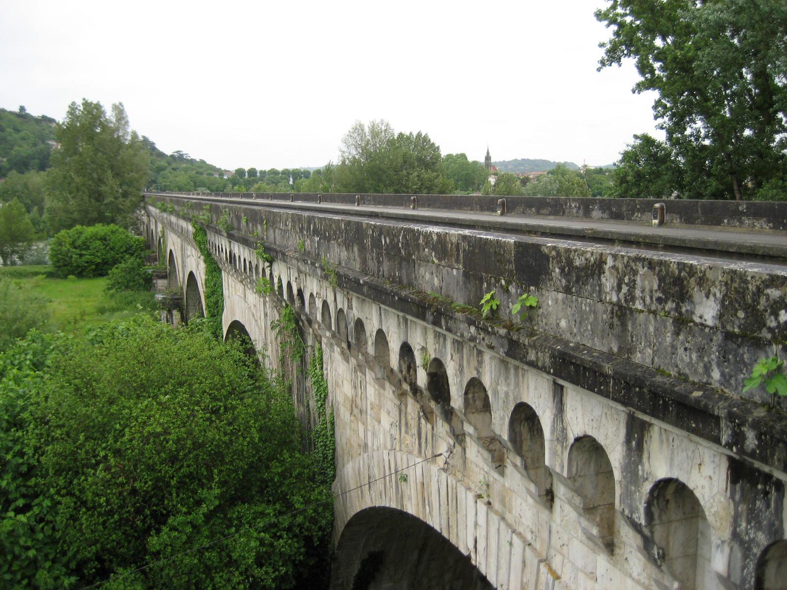 File le pont canal d 39 agen over the garonne river - Office de tourisme agen lot et garonne ...