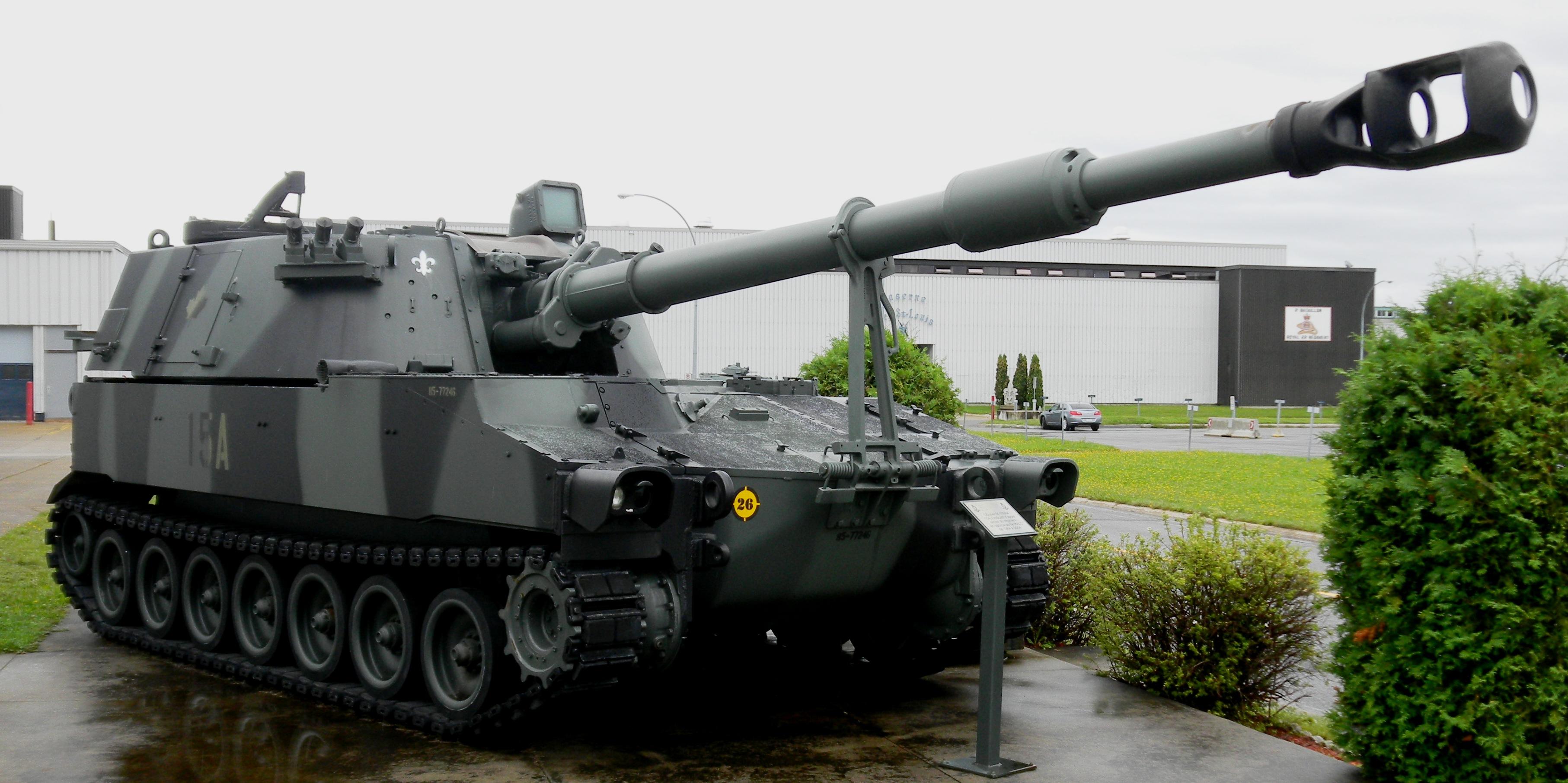 https://upload.wikimedia.org/wikipedia/commons/8/8d/M109A4_155_mm_SP_Gun,_CCFB_Valcartier,_Quebec,_5_Sep_2011_(26).JPG