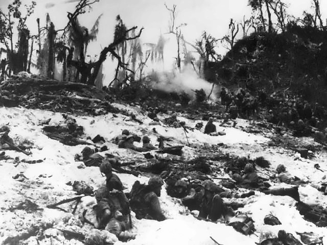 Fájl:Marines wait in their foxholes - Peleliu.jpg