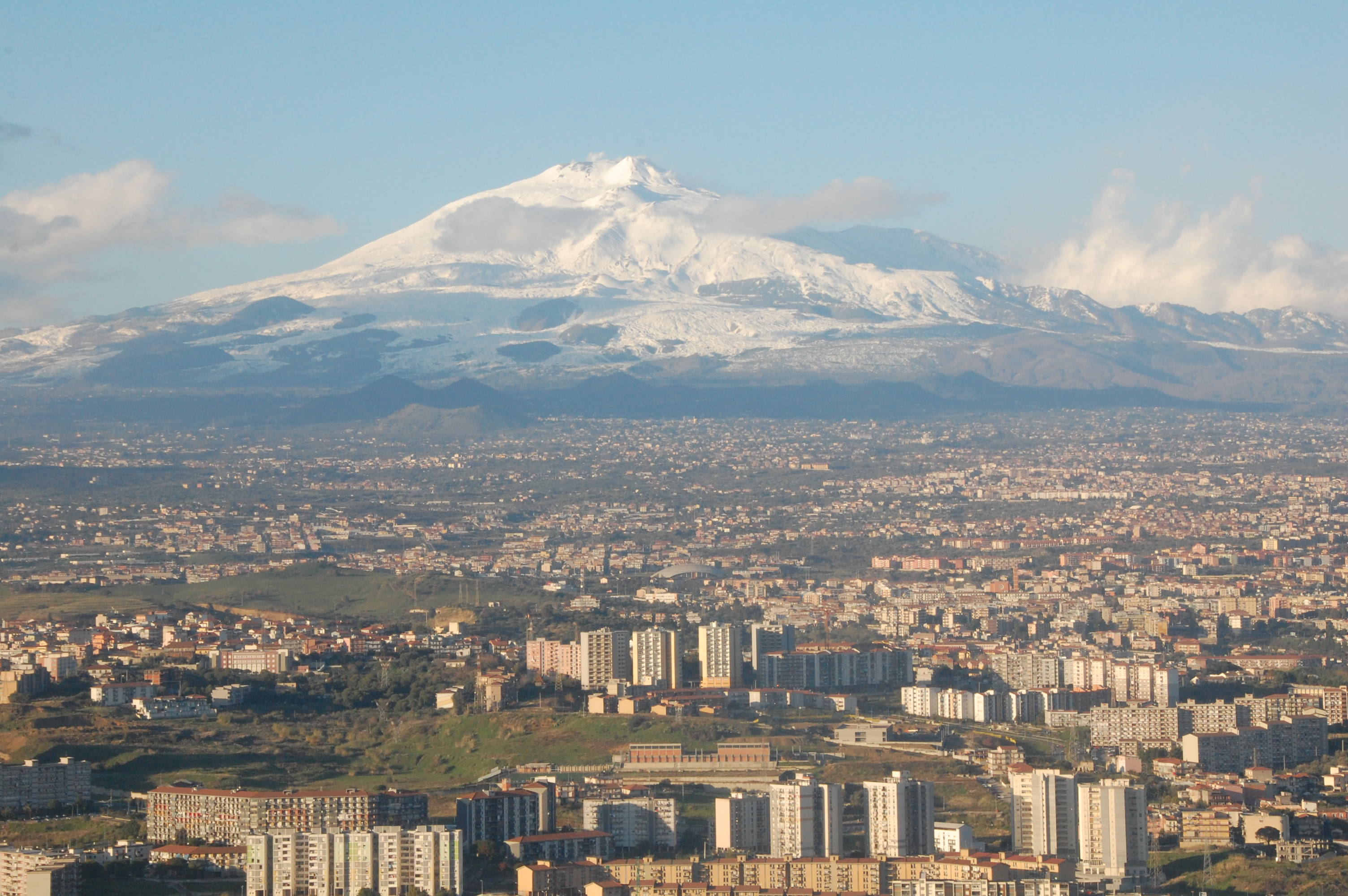 https://upload.wikimedia.org/wikipedia/commons/8/8d/Mt_Etna_and_Catania.JPG