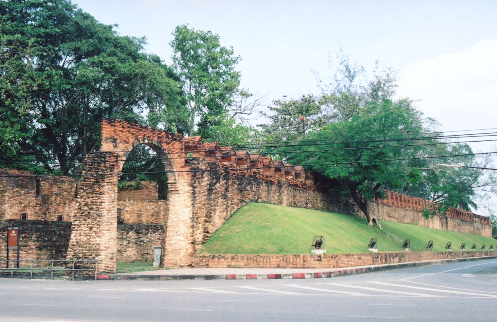 File:Nakhon Si Thammarat city wall.jpg - Wikipedia, the free ...