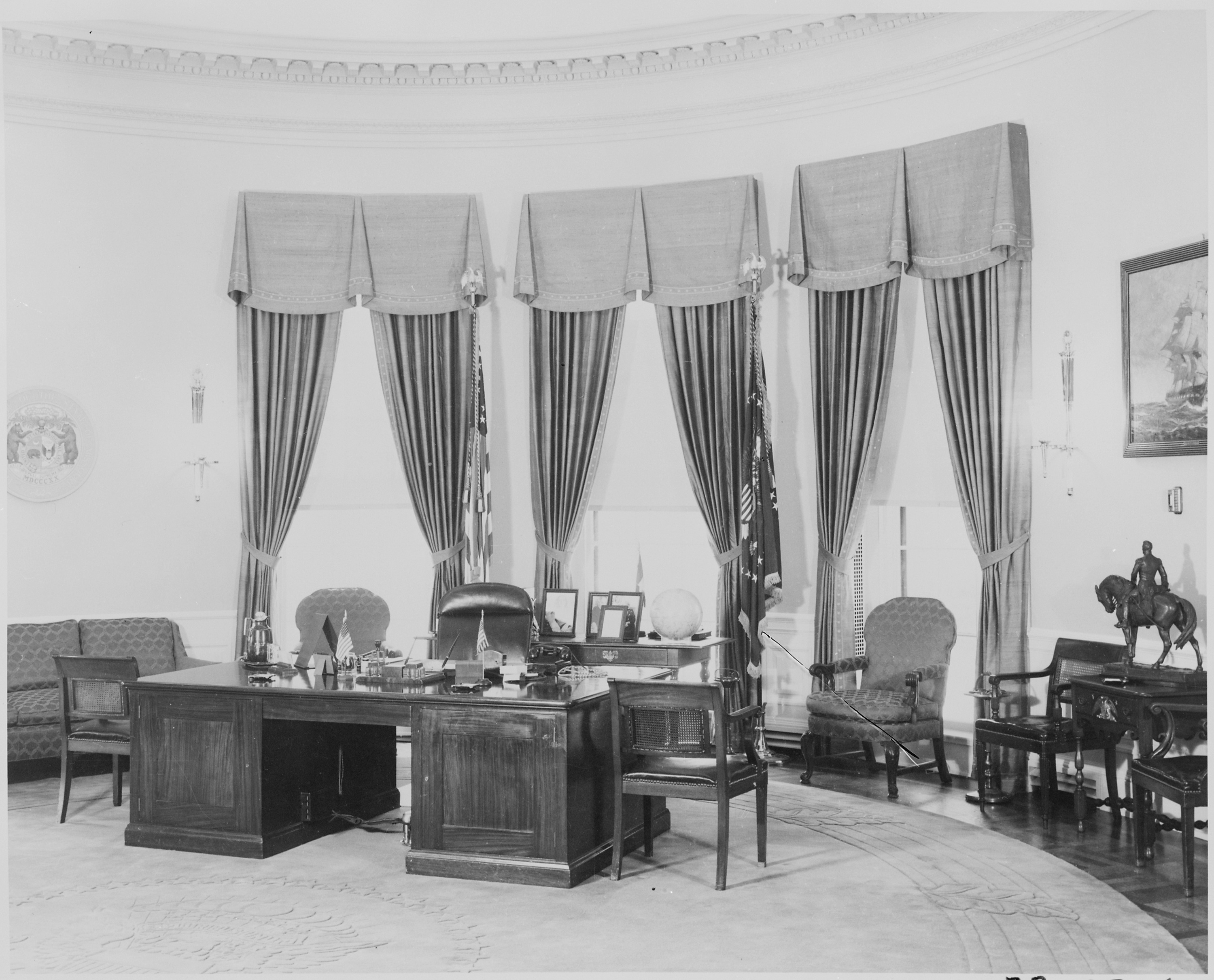 Furnishings in the oval office of the white house nara 199460 jpg
