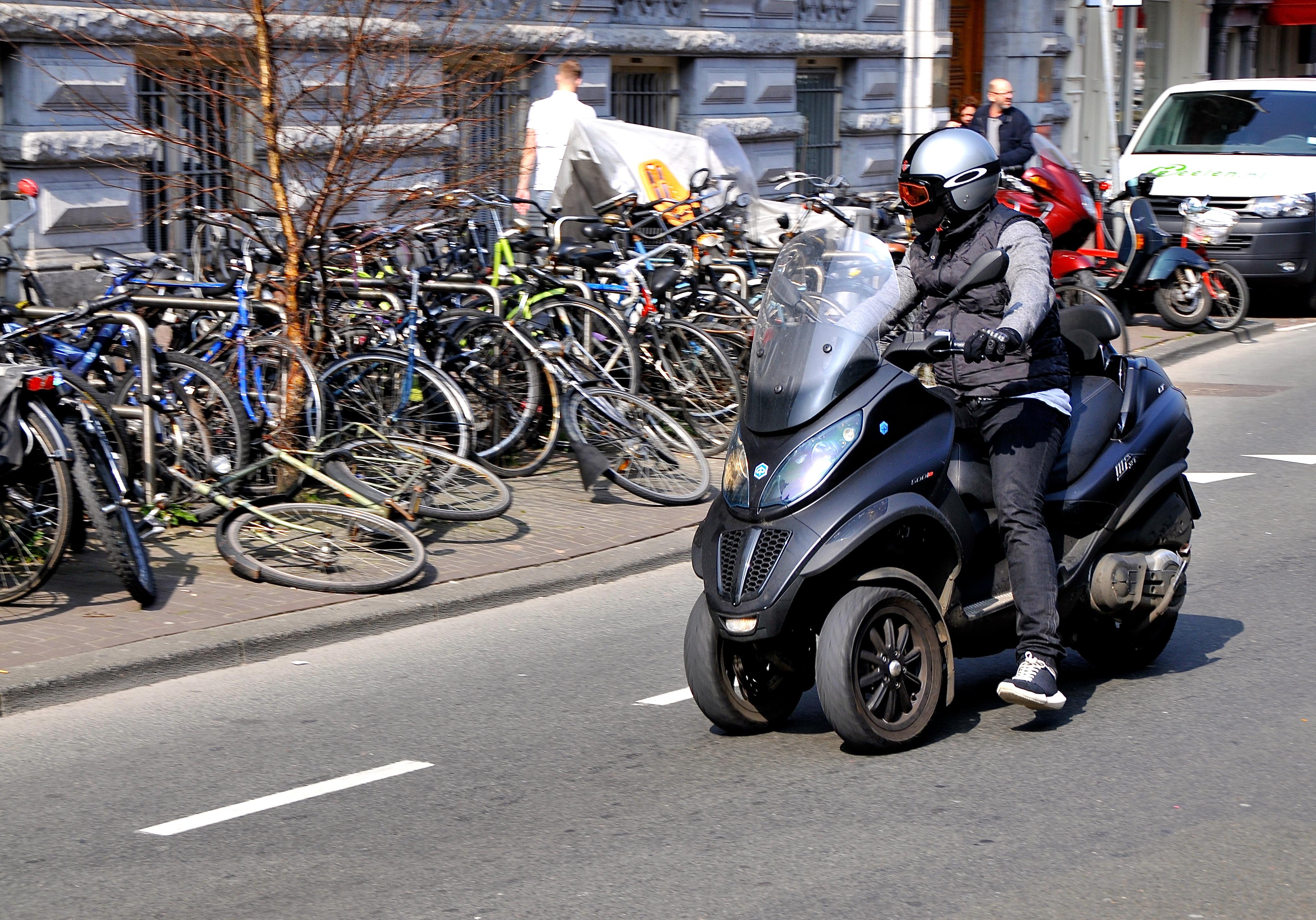 file:piaggio mp3 motorscooter (18048494693) - wikimedia commons