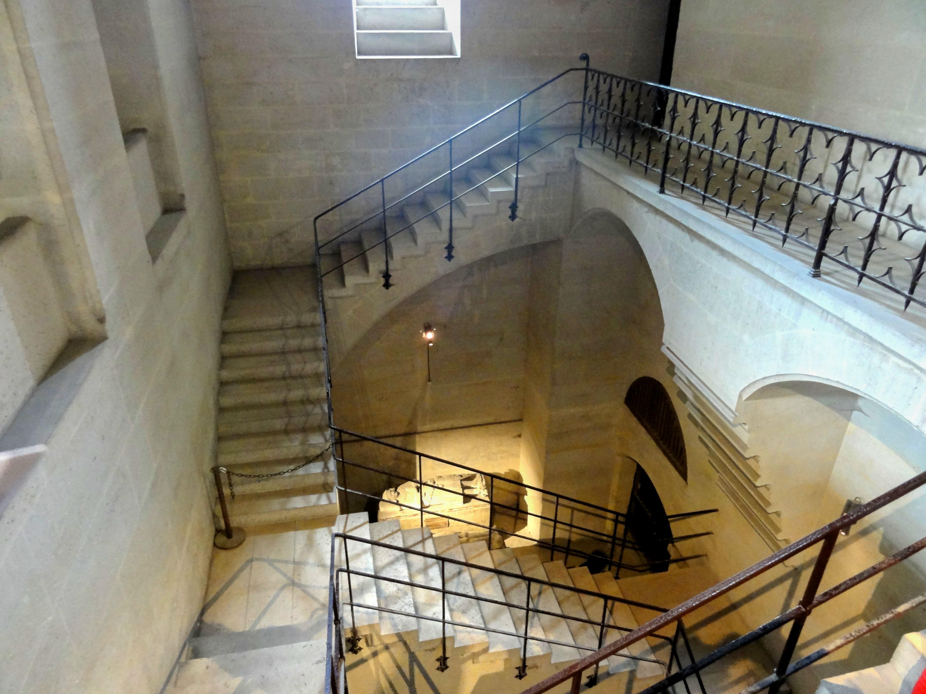 File:Pierrefonds (60), château, escalier vers la cave.jpg ...