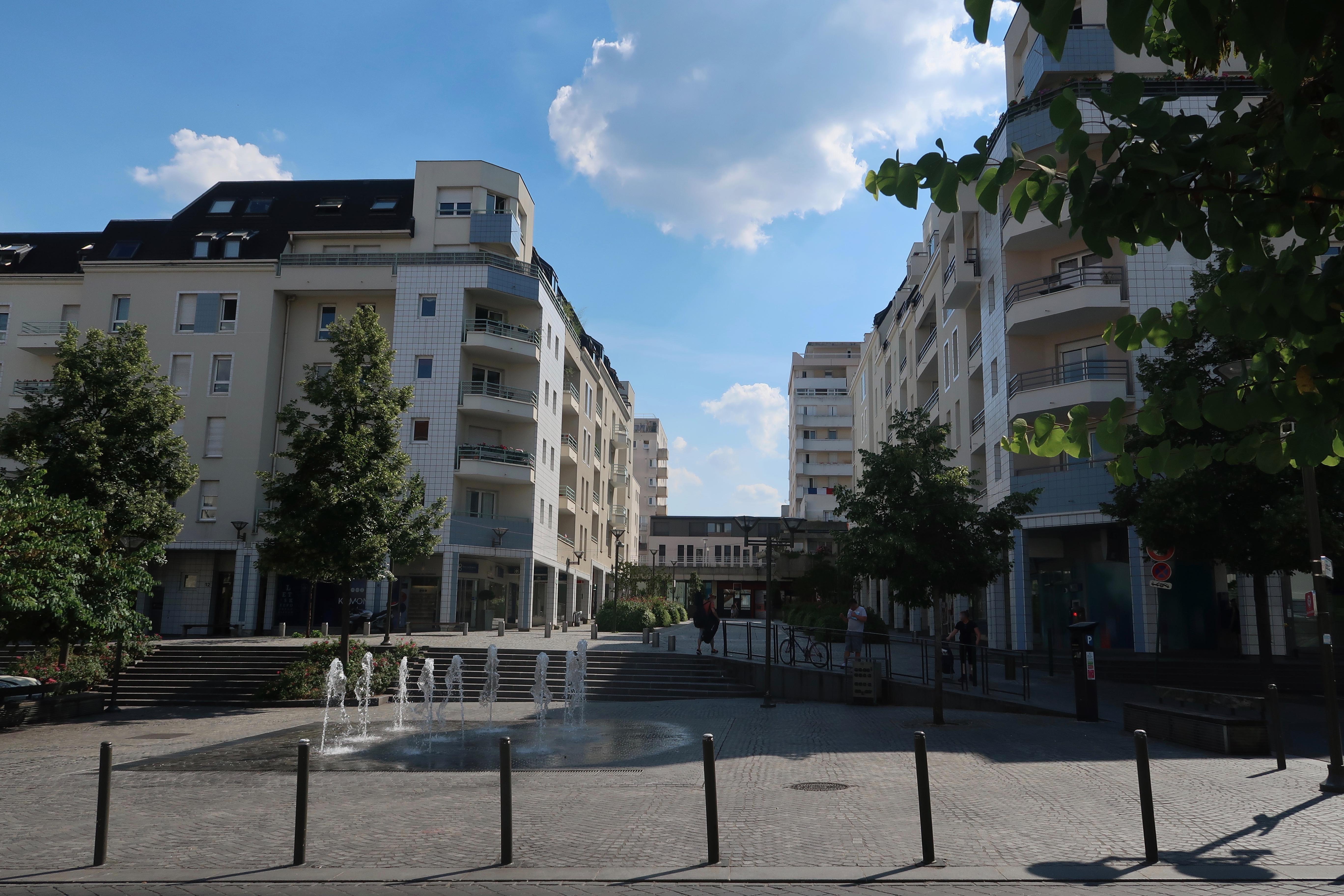 File Place du 8-Mai 1945 Suresnes 1.jpg - Wikimedia Commons 35a33951c0ea