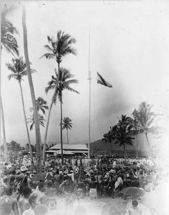 Raising the German flag at Mulinu%27u, Samoa 1900 photo AJ Tattersall.jpg