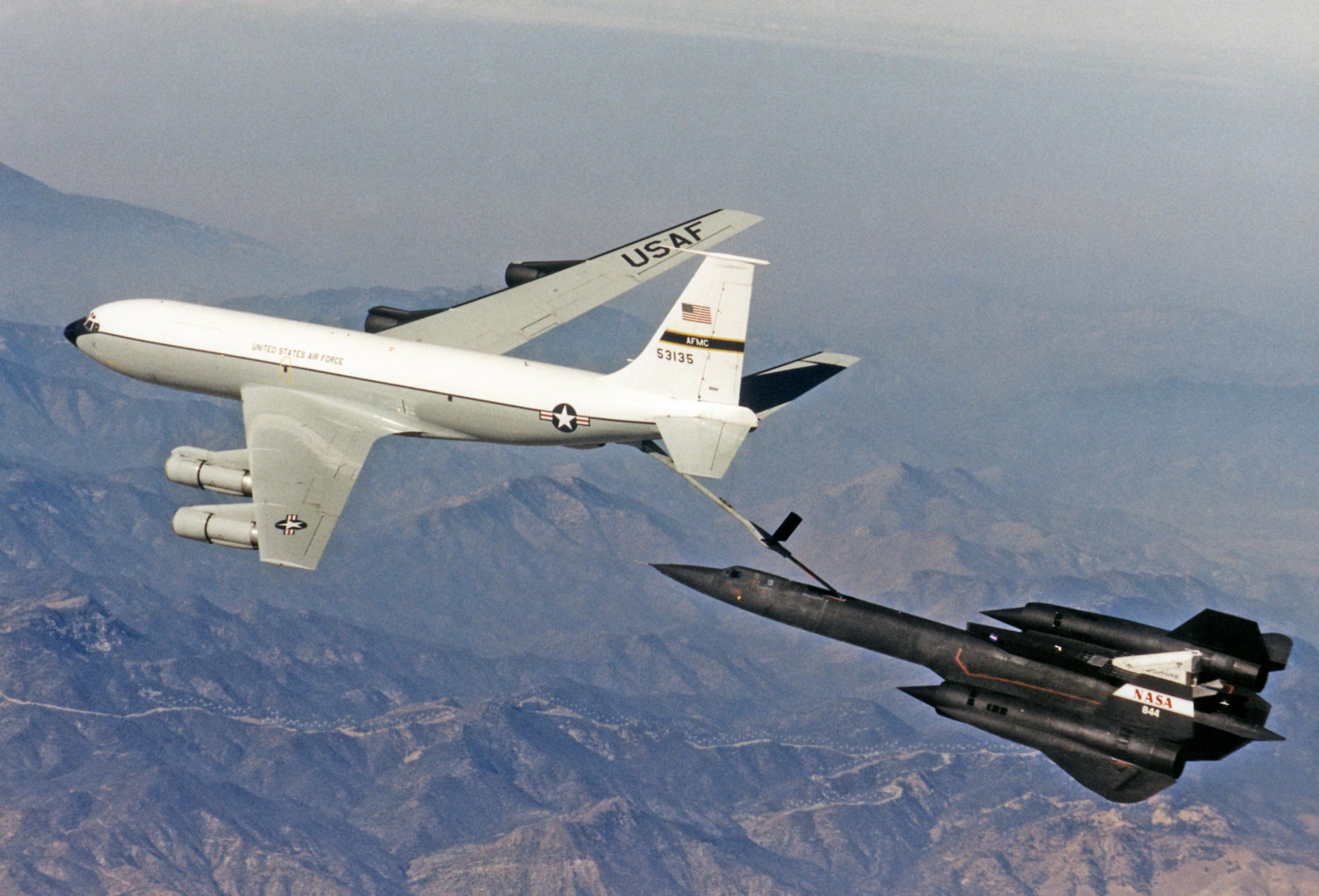 Eine SR-71 während der Luftbetankung durch eine Boeing KC-135 Stratotanker