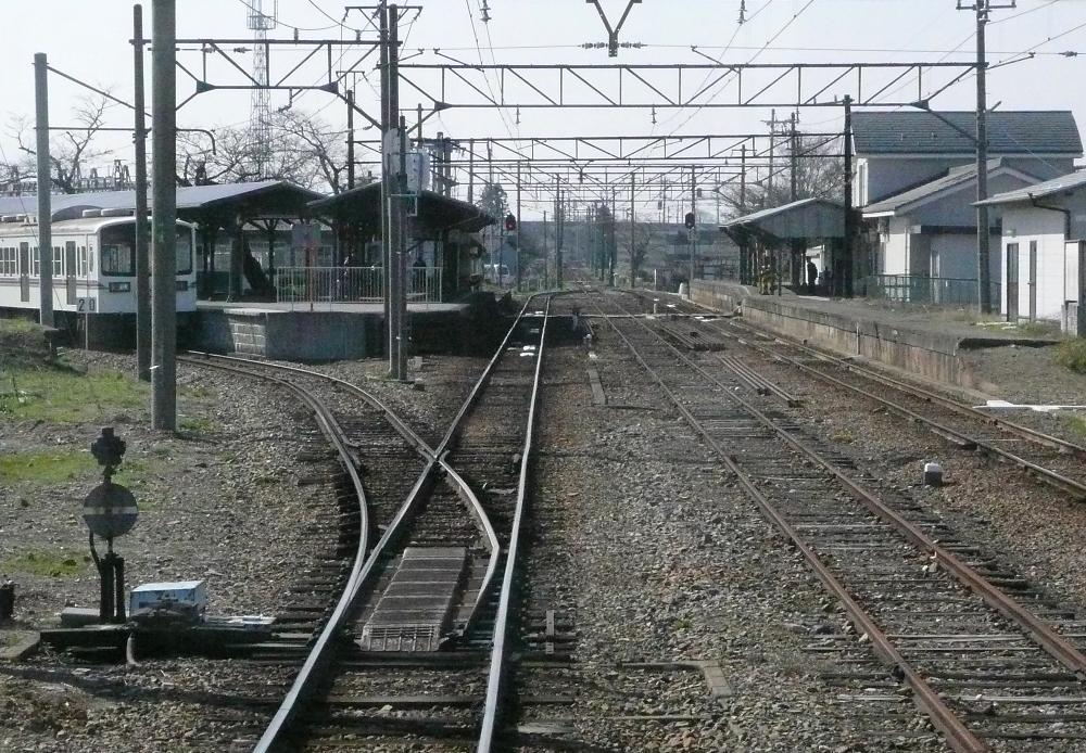 https://upload.wikimedia.org/wikipedia/commons/8/8d/Shiga_Takamiya_Station_platform2.jpg