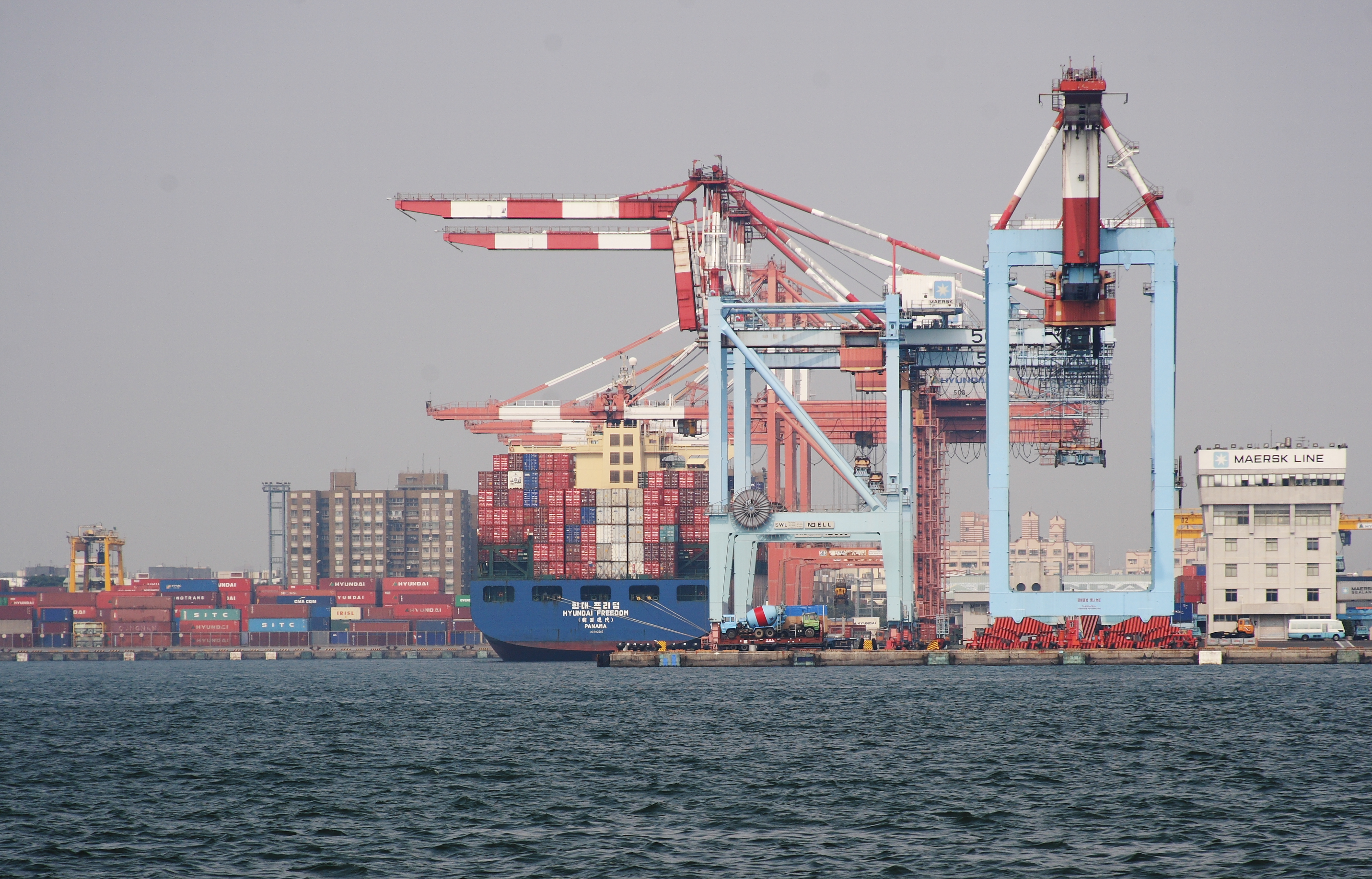 File Shipping Container Kaohsiung Harbour Jpg Wikimedia