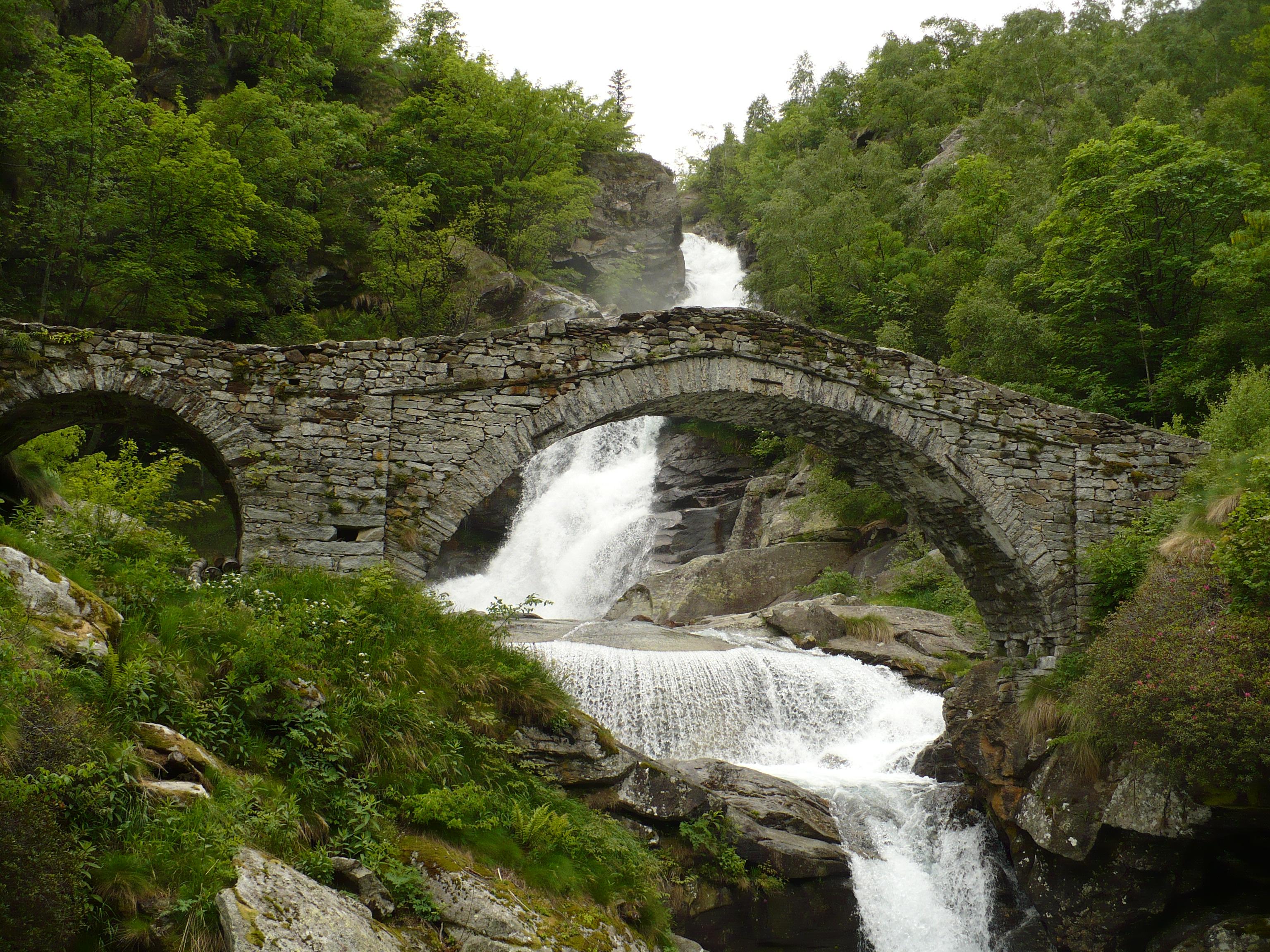 File traversella fondo cascata jpg wikimedia commons for Cascata laghetto