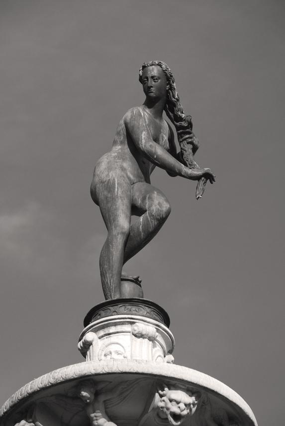http://upload.wikimedia.org/wikipedia/commons/8/8d/Villa_La_Petraia_-_Fiorenza_Fountain_-_Venus_01.jpg