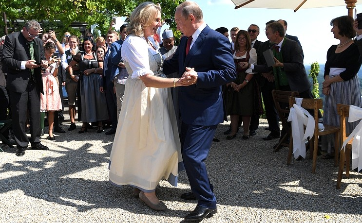 Vladimir Putin at the wedding of Karin Kneissl (2018-08-18) 11.jpg