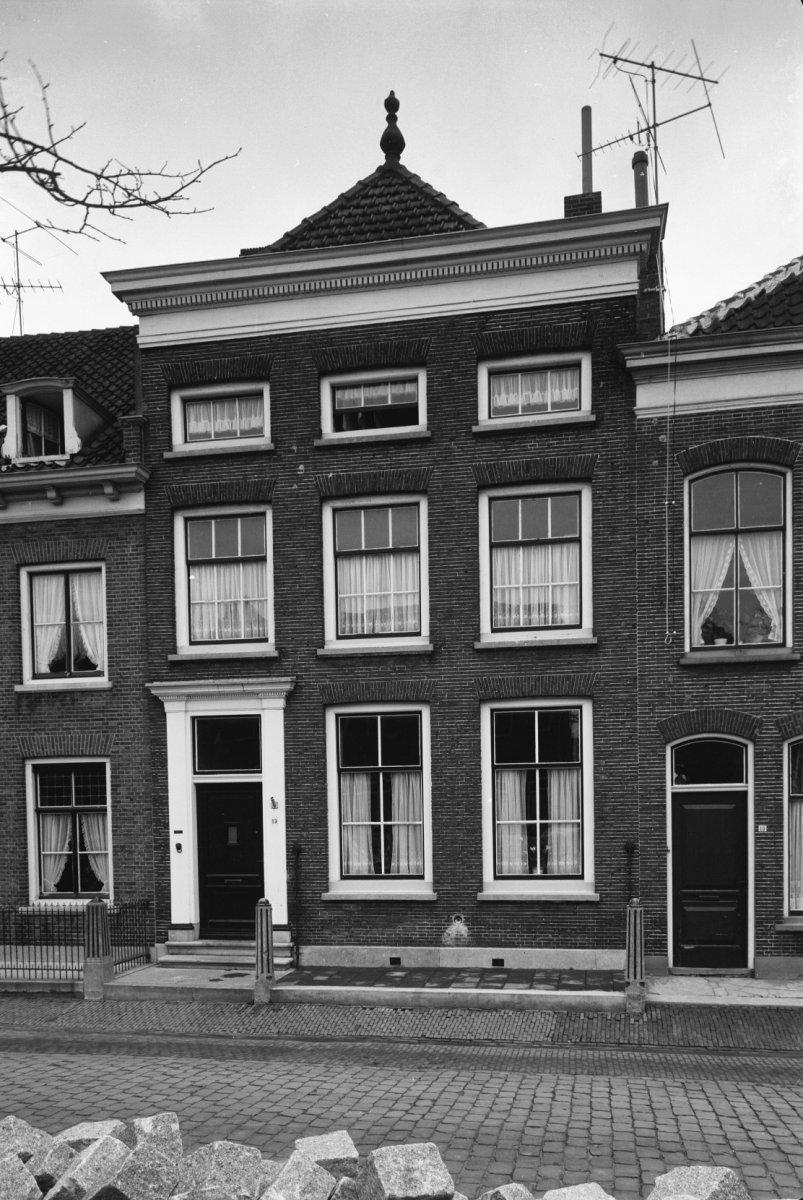 Huis onder schilddak en met empire gevel waarin door pilasters en kroonlijst versierde ingang - Huis ingang ...