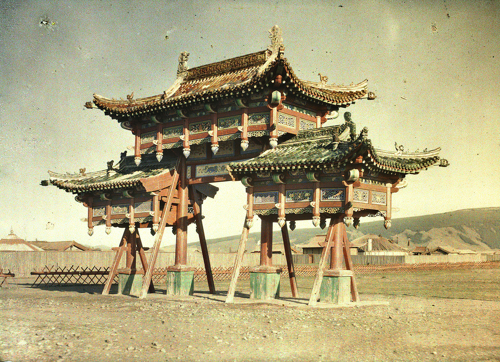 1913 The gate of Yellow Palace in Khuree.jpg