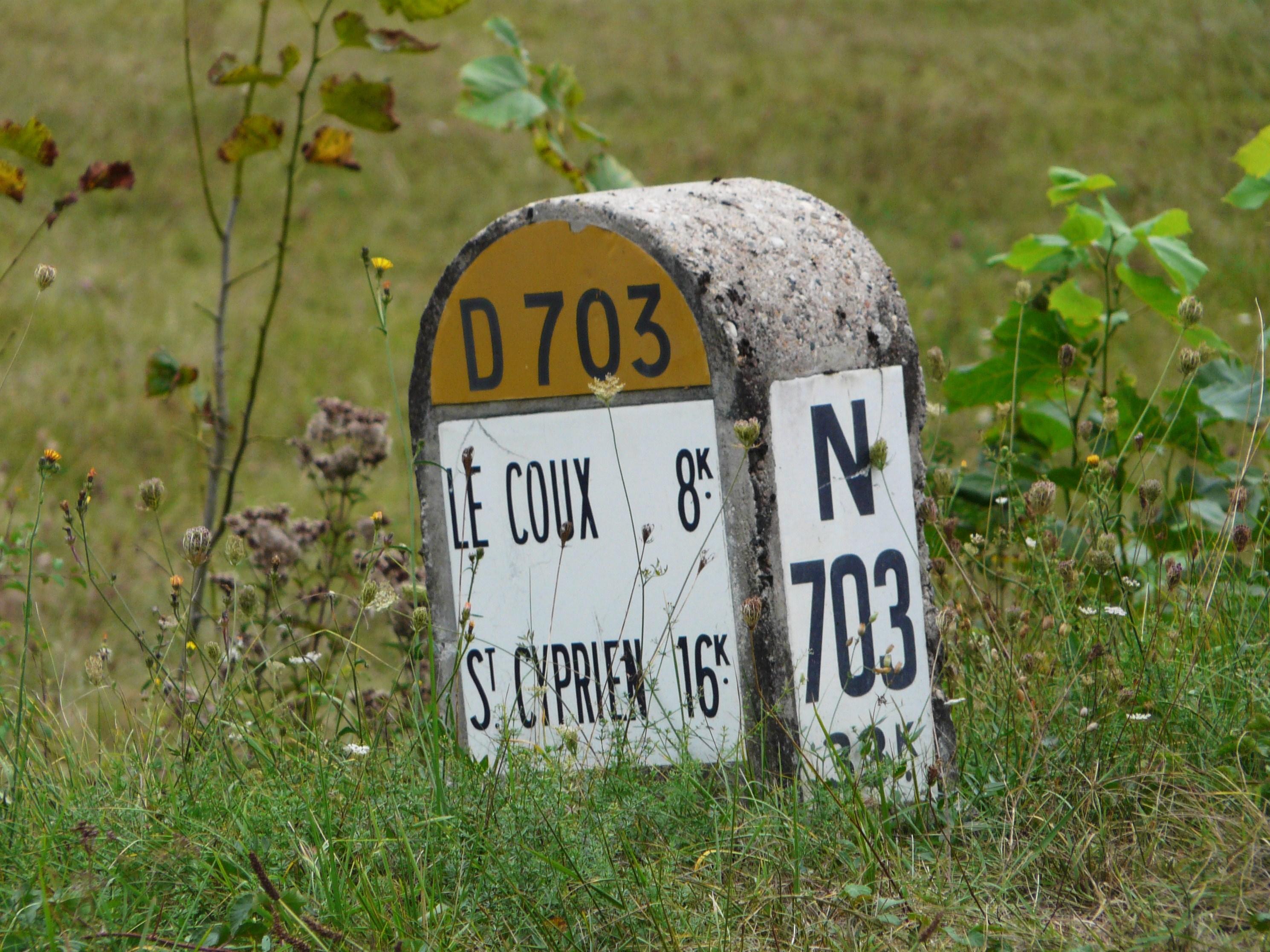 File:Borne RN 703 entre Coux et Bugue.jpg