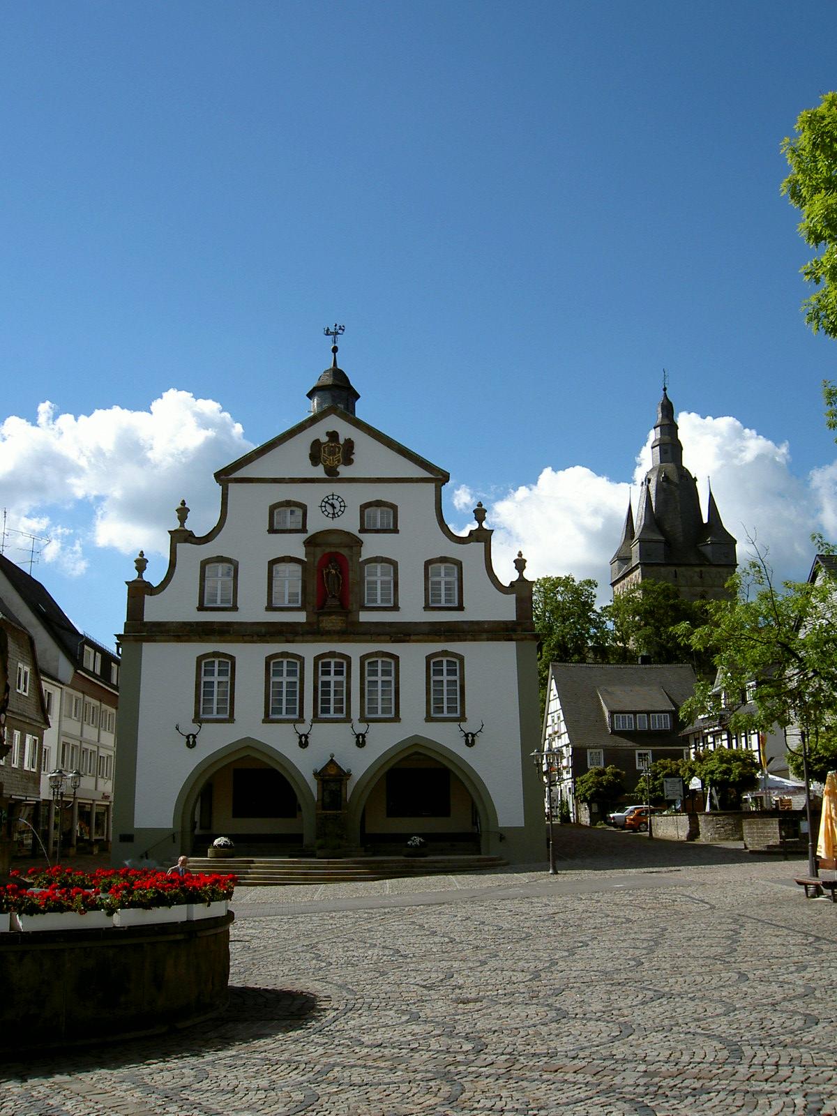 Brilon-Rathaus_und_Propsteikirchturm-2004-06-20.jpg