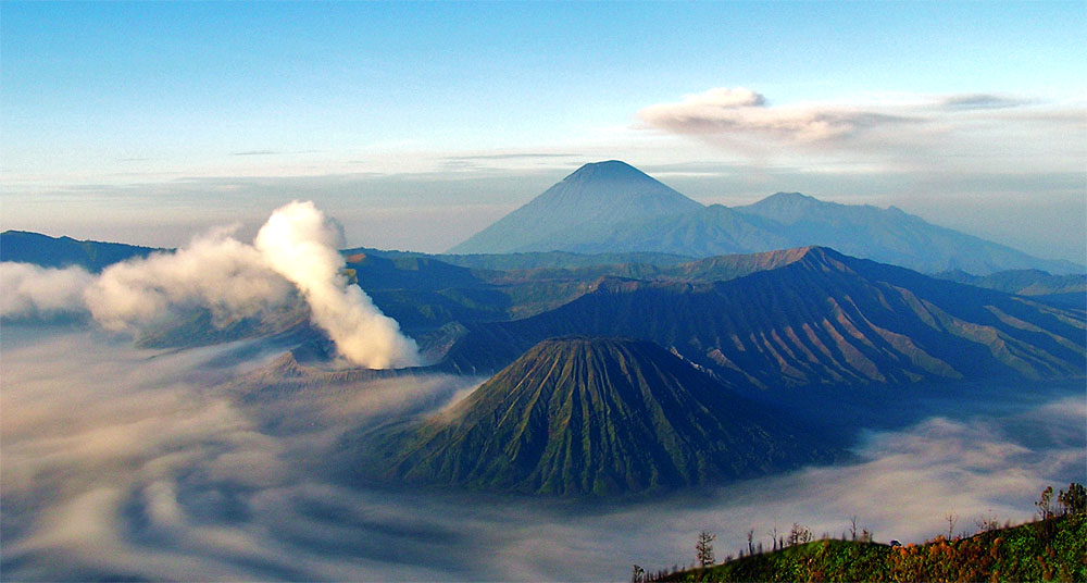 https://upload.wikimedia.org/wikipedia/commons/8/8e/Bromo-Semeru-Batok-Widodaren.jpg