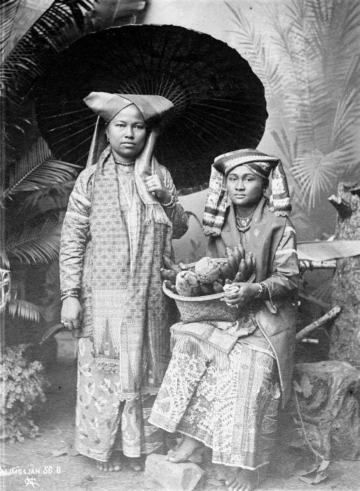 Citaten Uit Twee Vrouwen : File collectie tropenmuseum twee poserende vrouwen uit