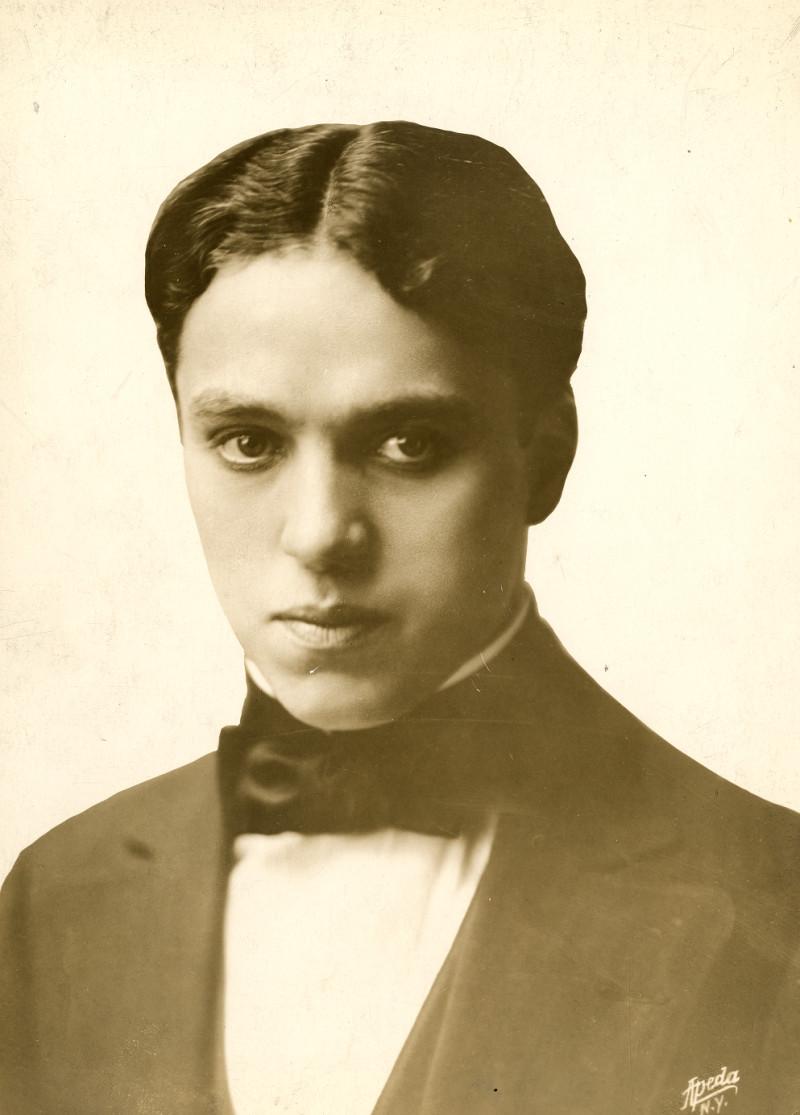 http://upload.wikimedia.org/wikipedia/commons/8/8e/Charlie_Chaplin_1912.jpg?uselang=fr