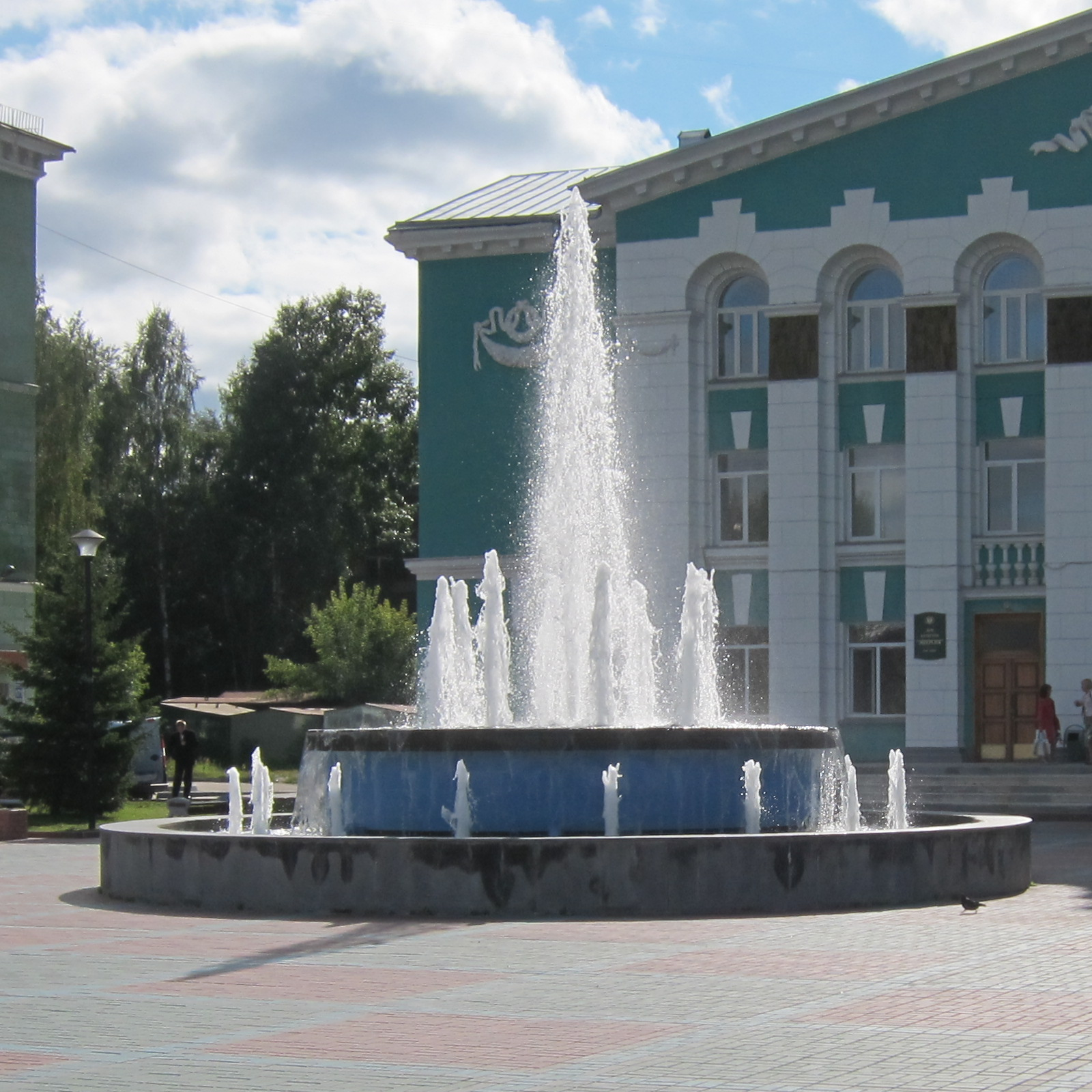 File:Fountain in front of Energiya House of Culture in ...