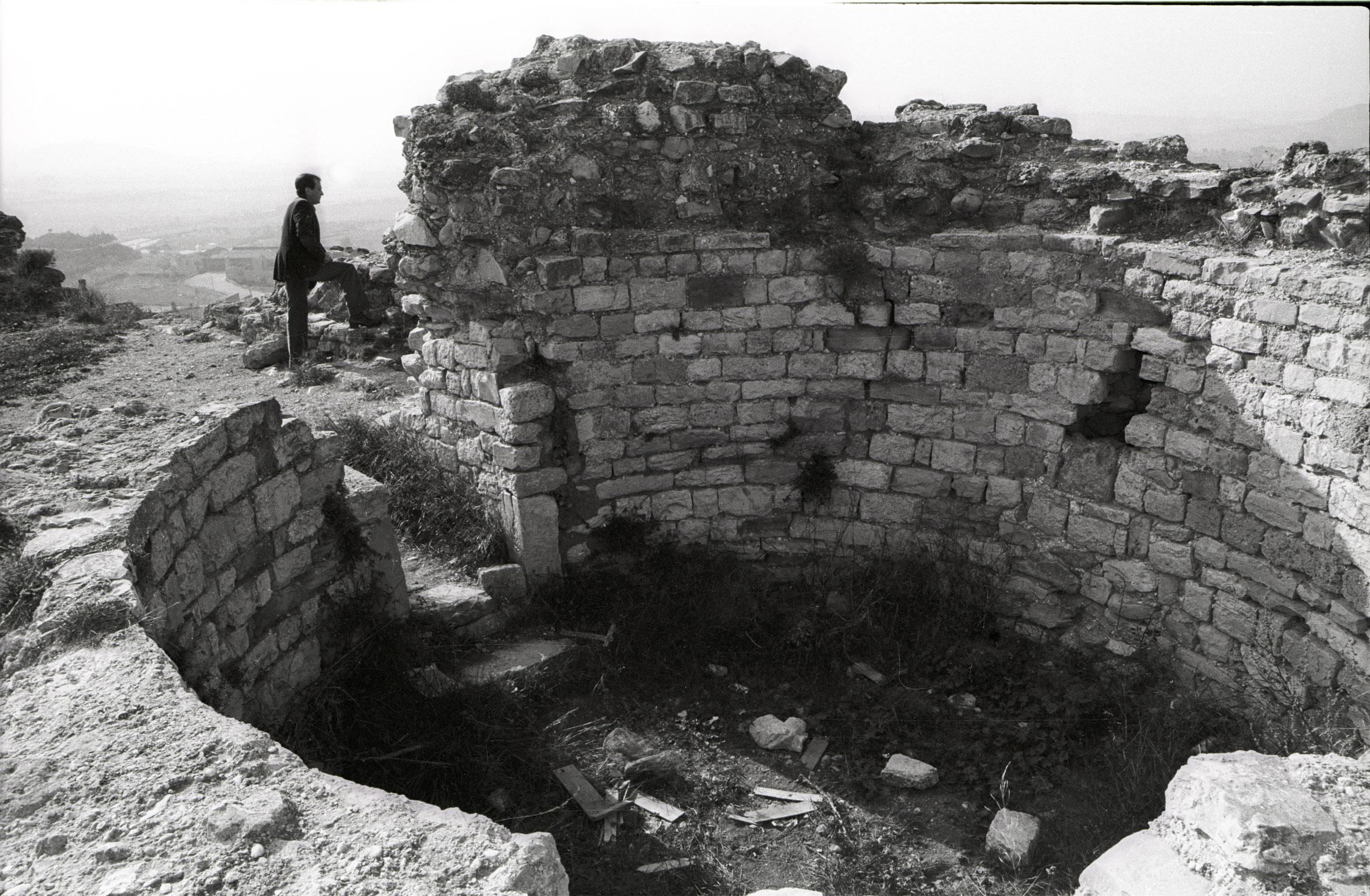 José Agustín Goytisolo en las ruinas del castillo de Barberà, en 1984. La intervención del poeta fue fundamental para la recuperación del monumento.