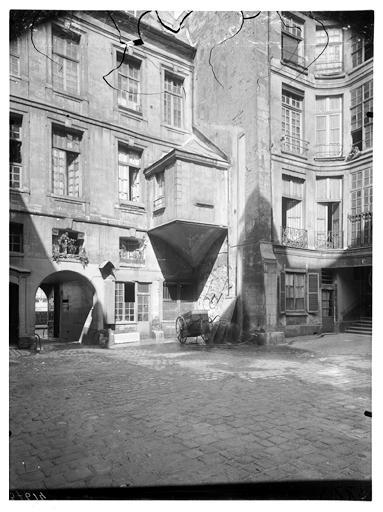 File:Hôtel Le Charron ou de Vitry (ancien) - Vue sur cour - Paris ...