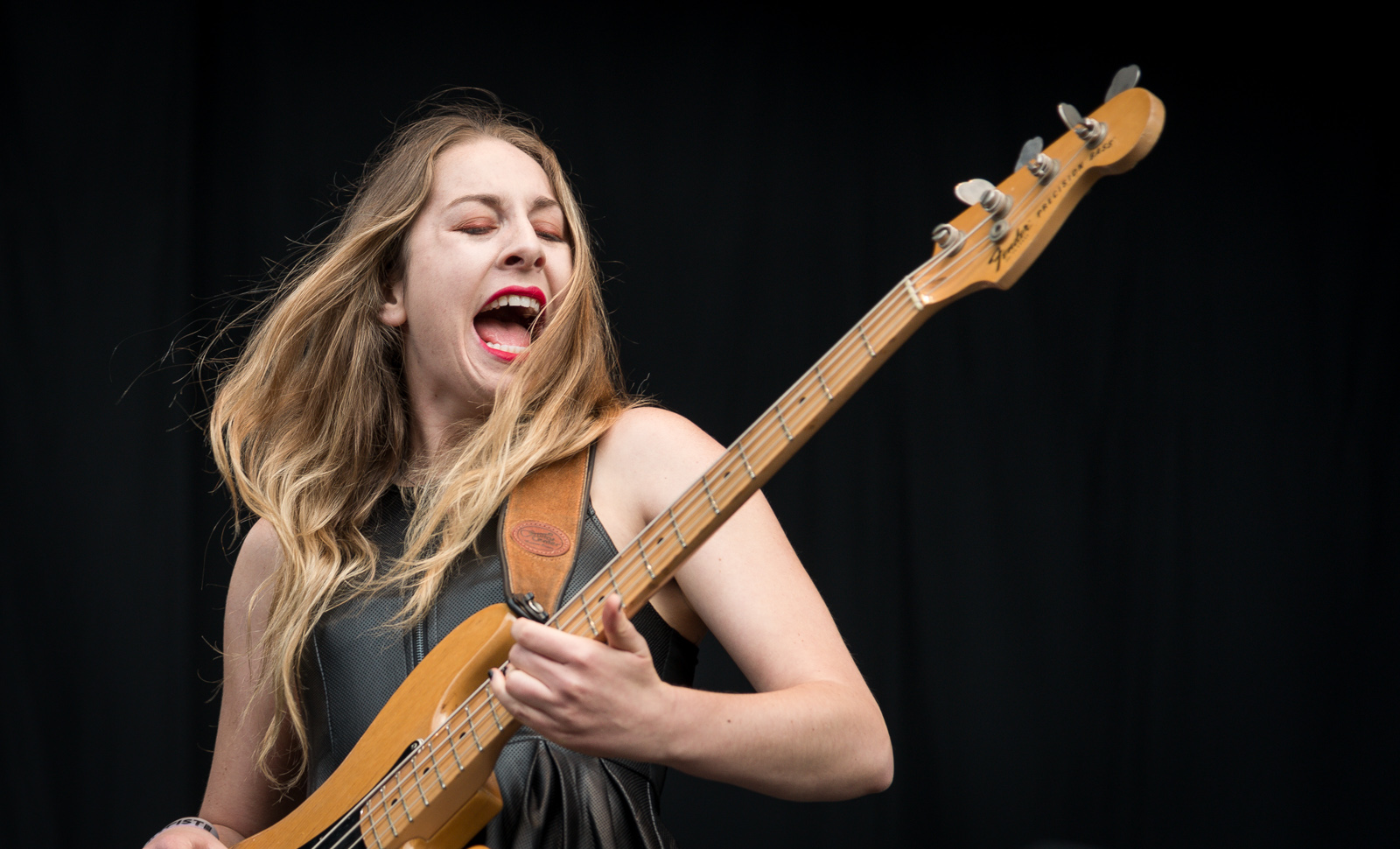 http://upload.wikimedia.org/wikipedia/commons/8/8e/Haim_at_%C3%98yafestivalen_2013.jpg