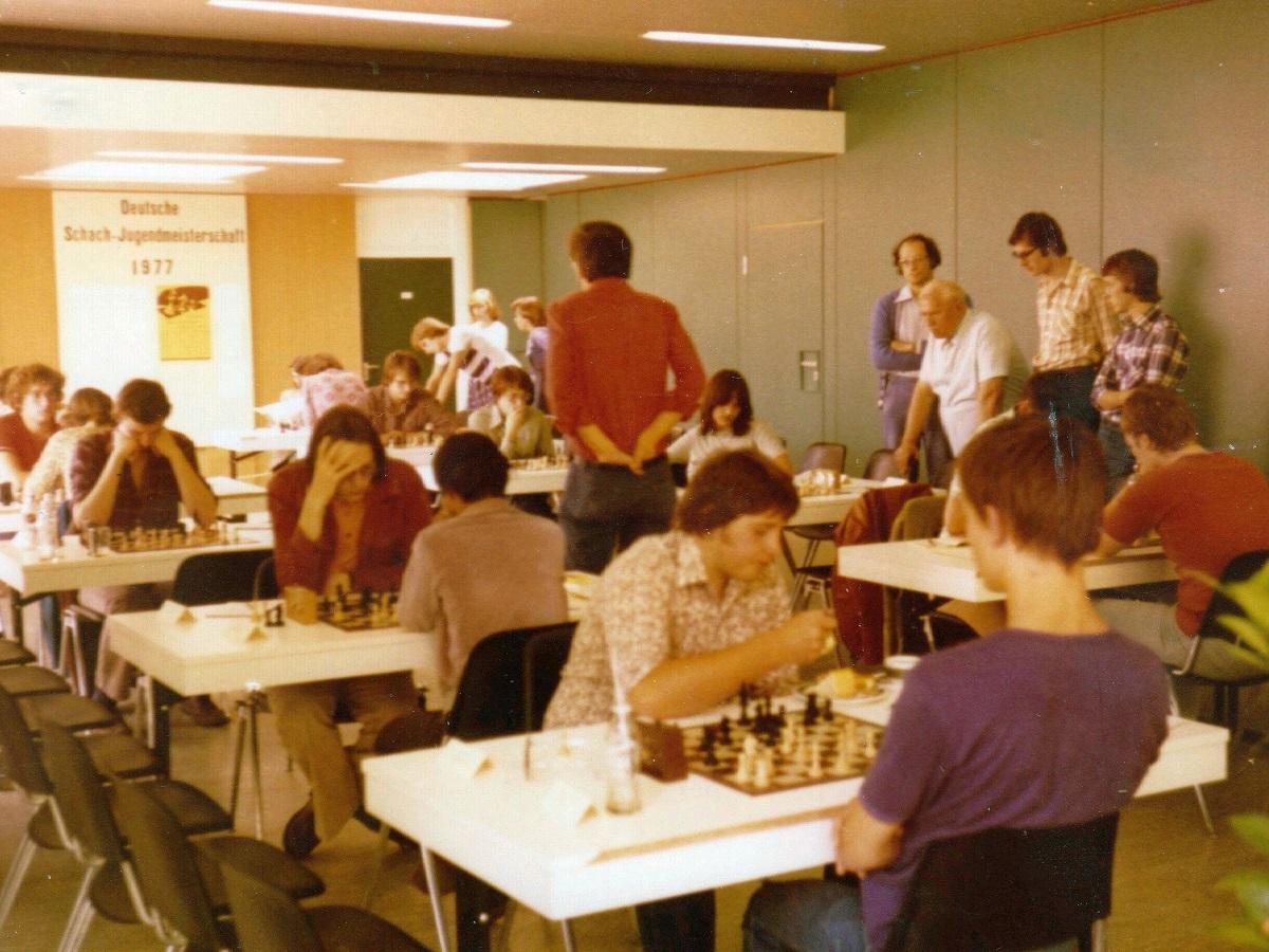 https://upload.wikimedia.org/wikipedia/commons/8/8e/Jugend-Meisterschaft_1977_Wallrabenstein.jpg