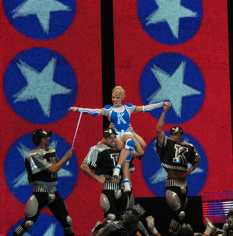 Choreografierte Tanzeinlagen, Videoprojektionen und ausgefallene Bühnenoutfits sind Bestandteil der Touren von Minogue, hier die KYLIEX2008-Tour (2008)