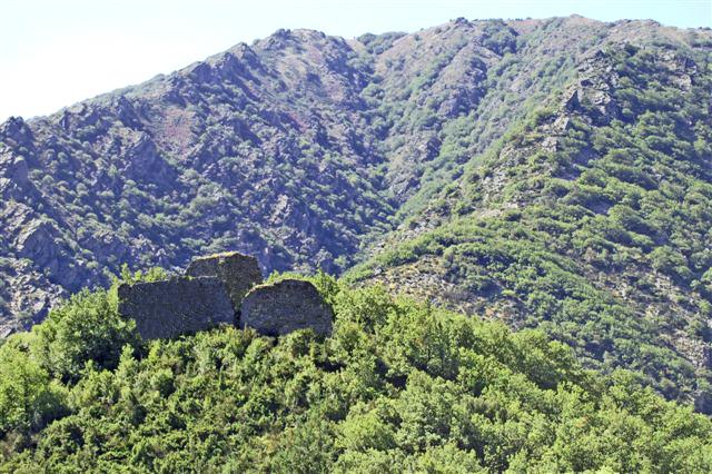 Castanet-le-Haut (Hérault) - Le Castelas sur fond d'Espinouse.
