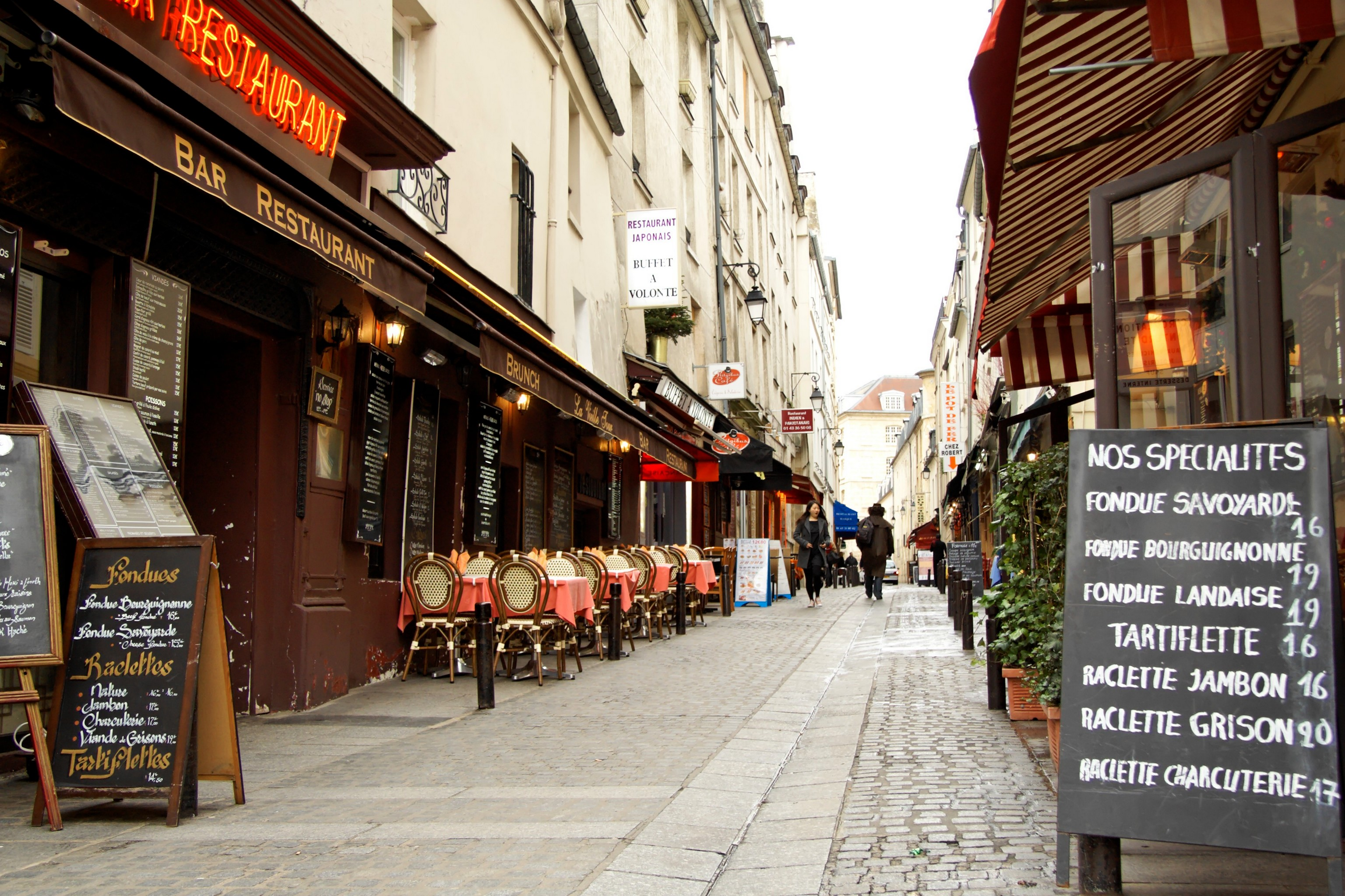 File:Les restaurants de la rue Mouffetard (Paris 5).jpg ...