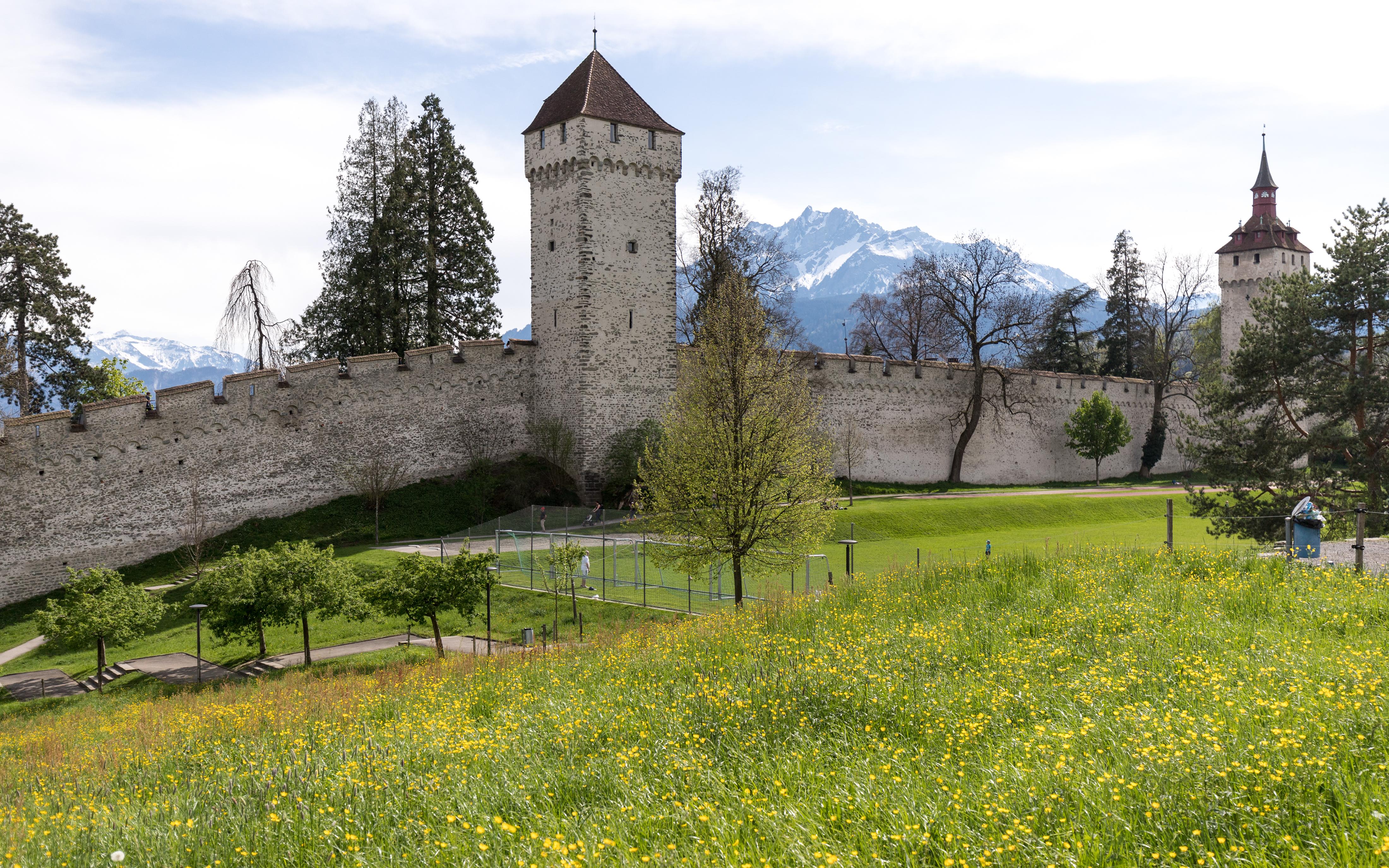 Luzern - Museggmauer mit Zeitturm und Wachturm.jpg