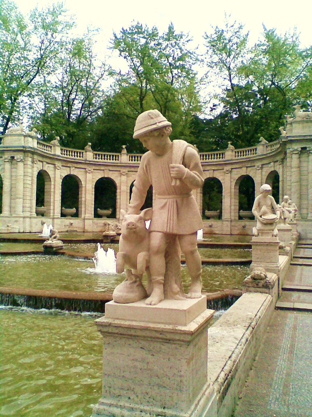 https://upload.wikimedia.org/wikipedia/commons/8/8e/M%C3%A4rchenbrunnen_-_Hans_im_Gl%C3%BCck_307.jpg
