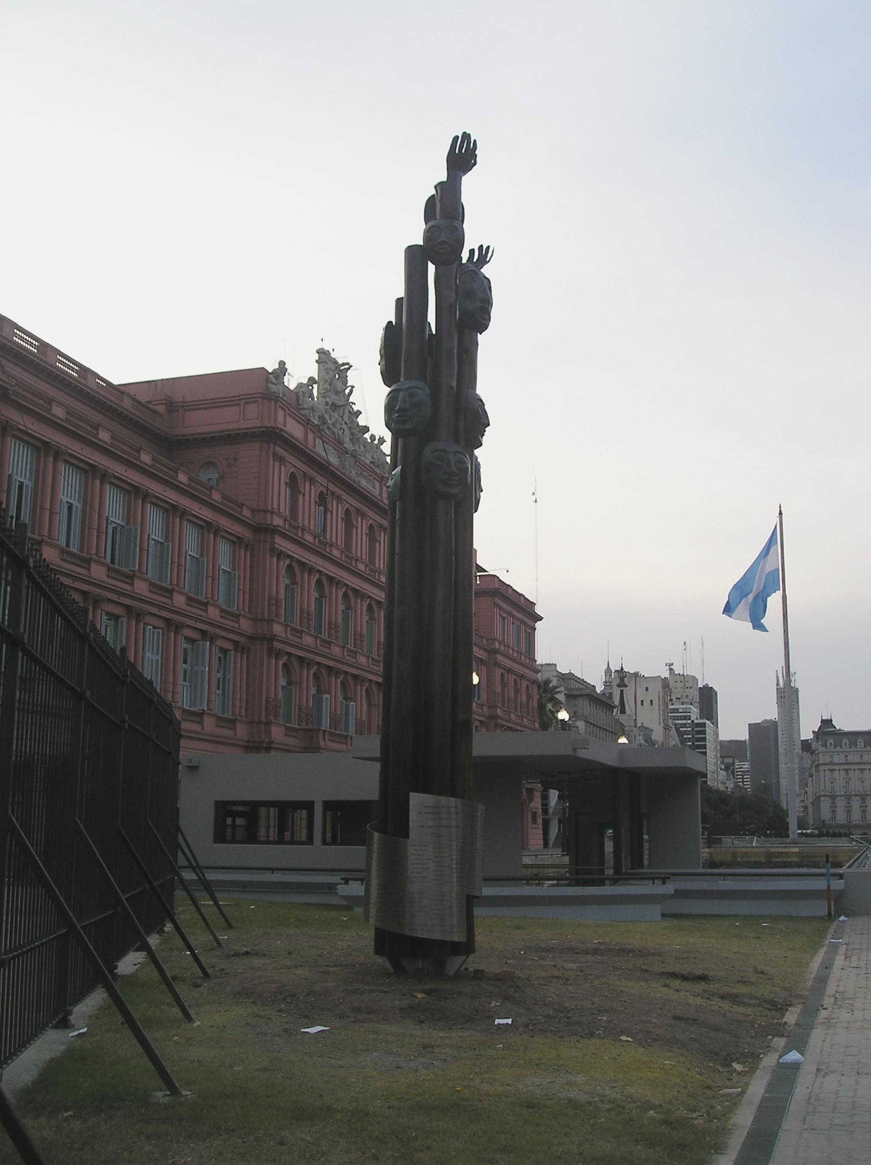El reinado de la careta en la Argentina - Página 4 Monumento_a_las_v%C3%ADctimas_de_los_bombardeos_de_Plaza_de_Mayo_de_1955_(2)