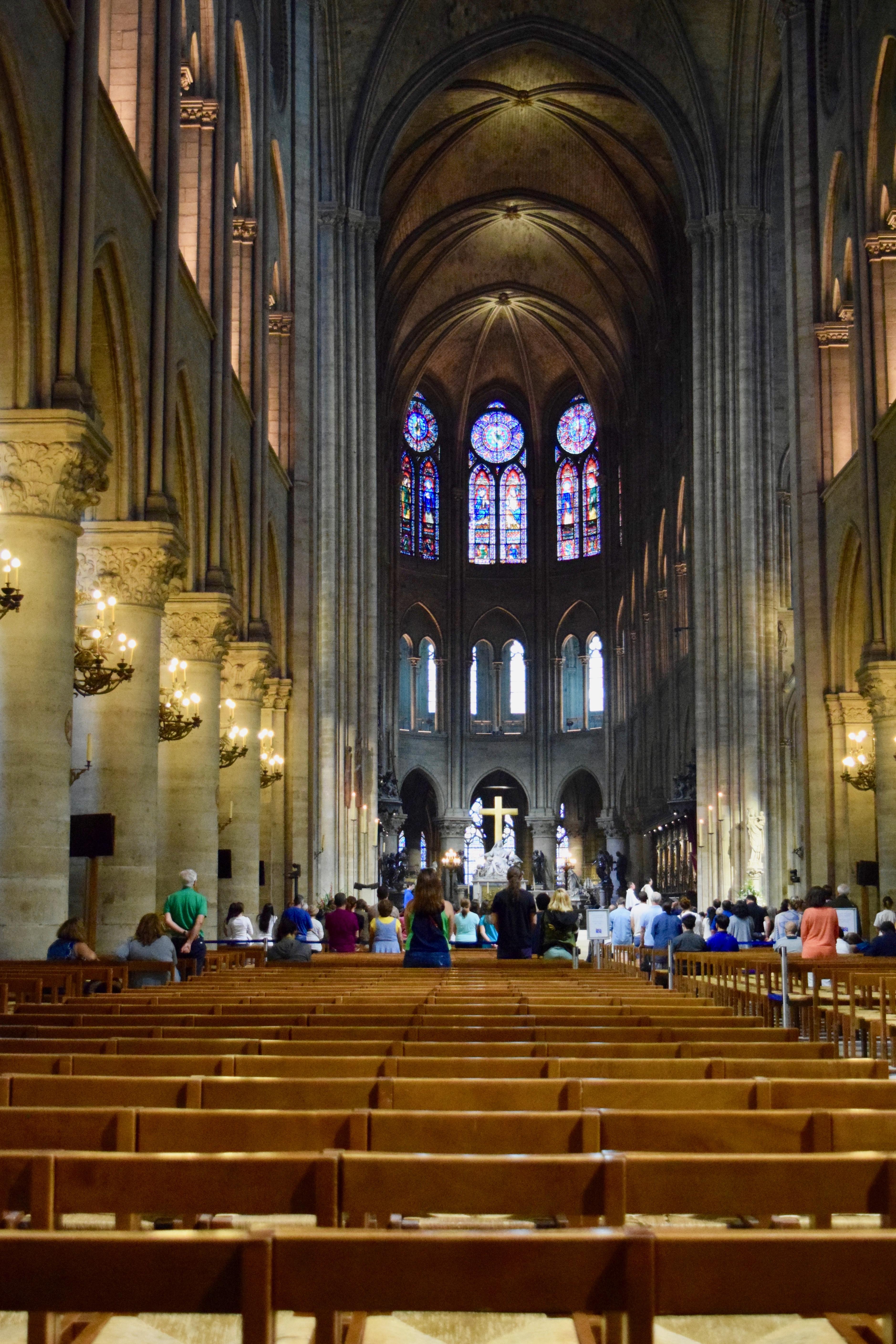 File Nave Y Ventanales De La Catedral De Notre Dame De París Jpg Wikimedia Commons