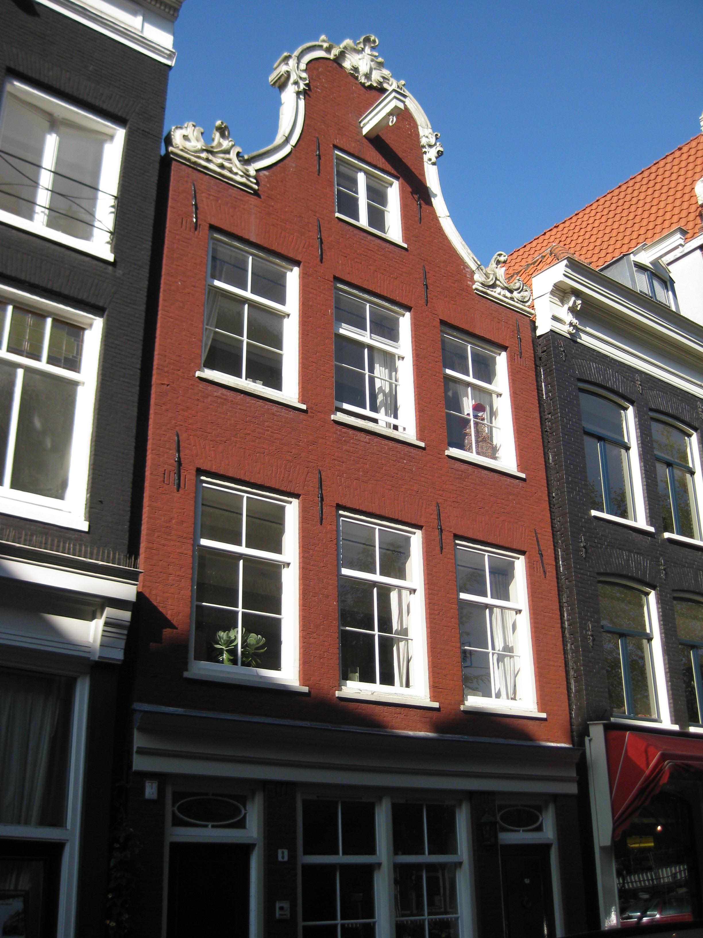 Nieuwe gevel met oude kloktop in amsterdam monument - Oude huis gevel ...