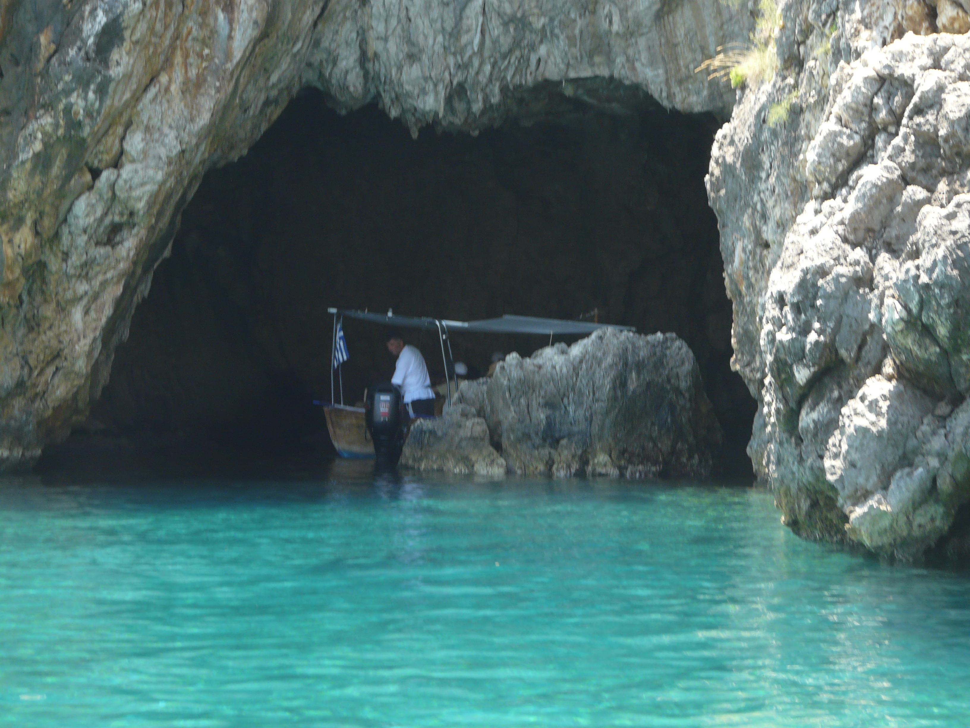 Jaskyňa v útese
