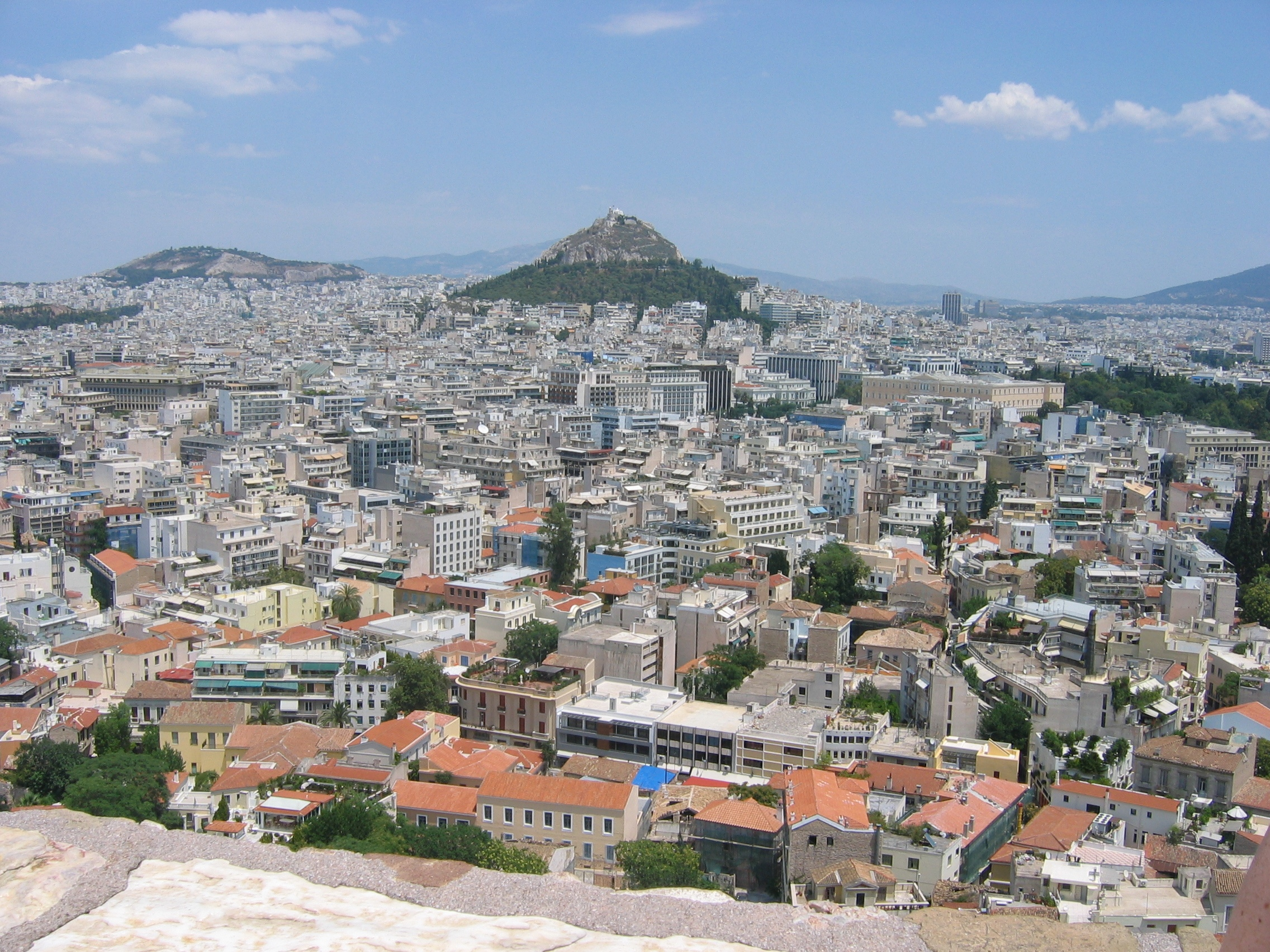 https://upload.wikimedia.org/wikipedia/commons/8/8e/Panoramic_views_of_Athens_%28Greece%29.jpg