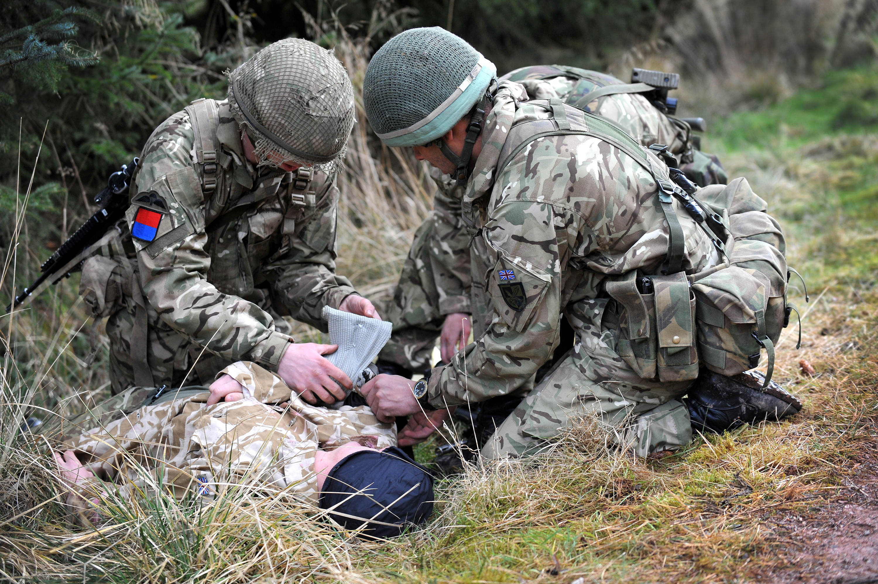 Soldiers_Giving_a_Casualty_First_Aid_MOD