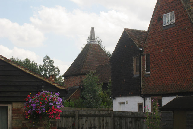 File:The Oast House, Rowlands Farm, Newchapel Road, Lingfield, Surrey - geograph.org.uk - 1402917.jpg