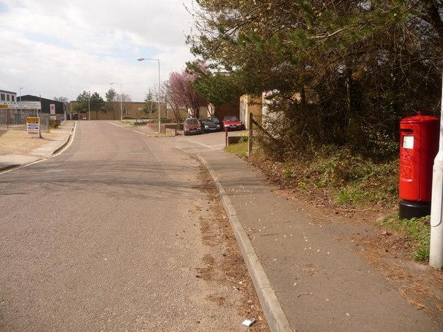 File:Verwood, postbox No. BH31 198, Black Moor Road - geograph.org.uk - 1225758.jpg