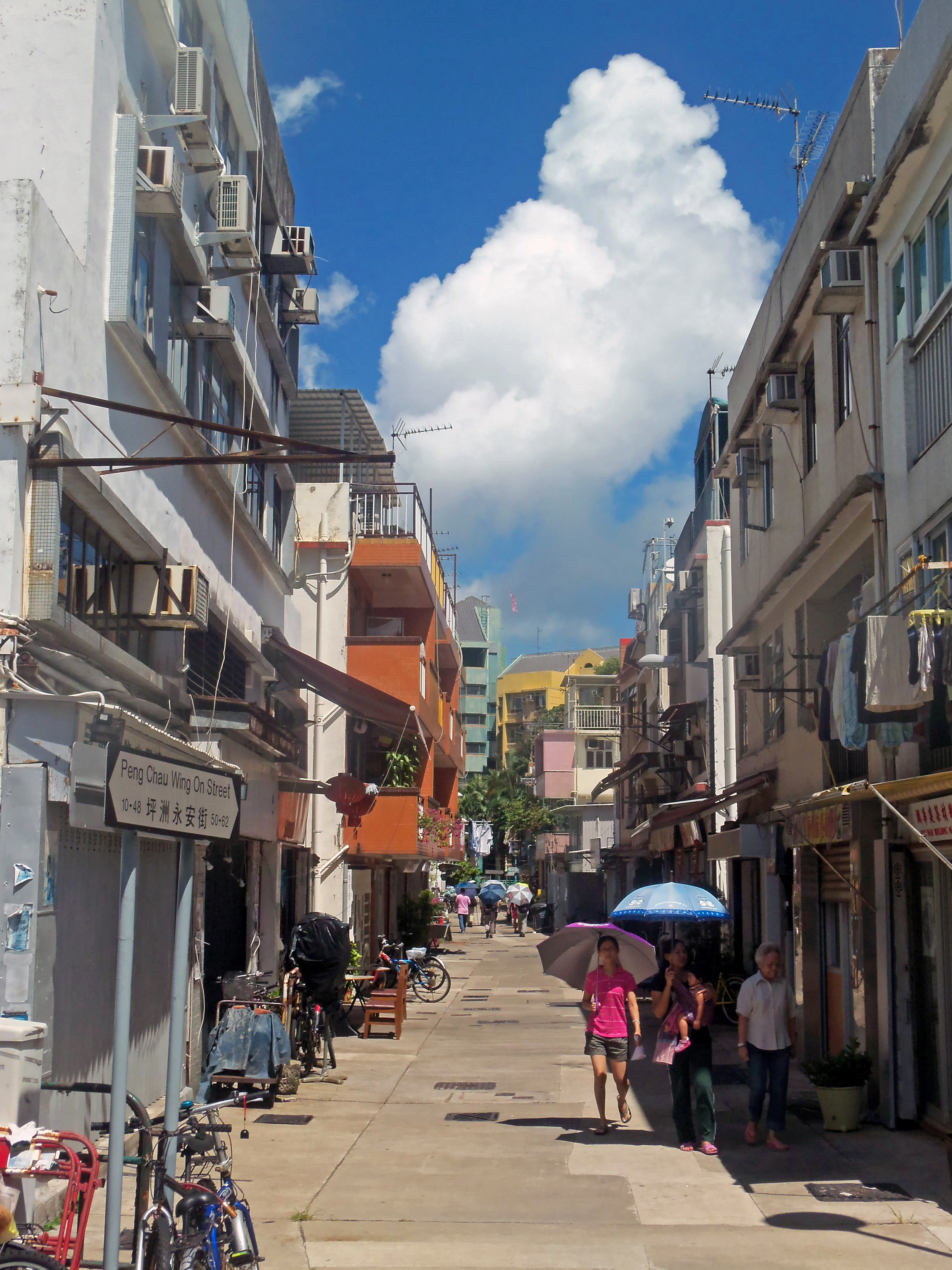 View_north_down_Wing_On_Street,_Peng_Cha